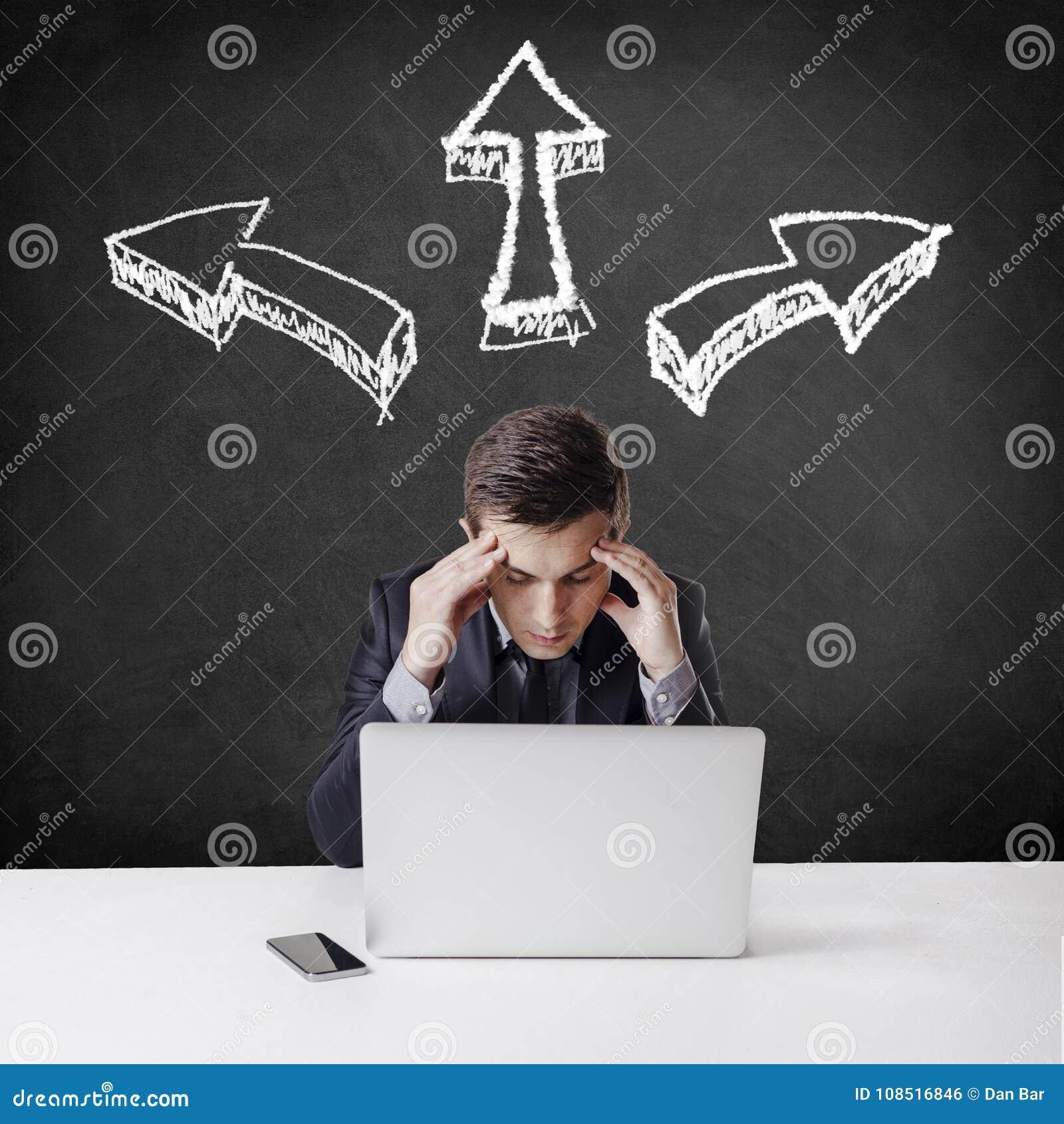 Ciérrese encima de imagen del hombre de negocios polivalente que usa un ordenador portátil y un m