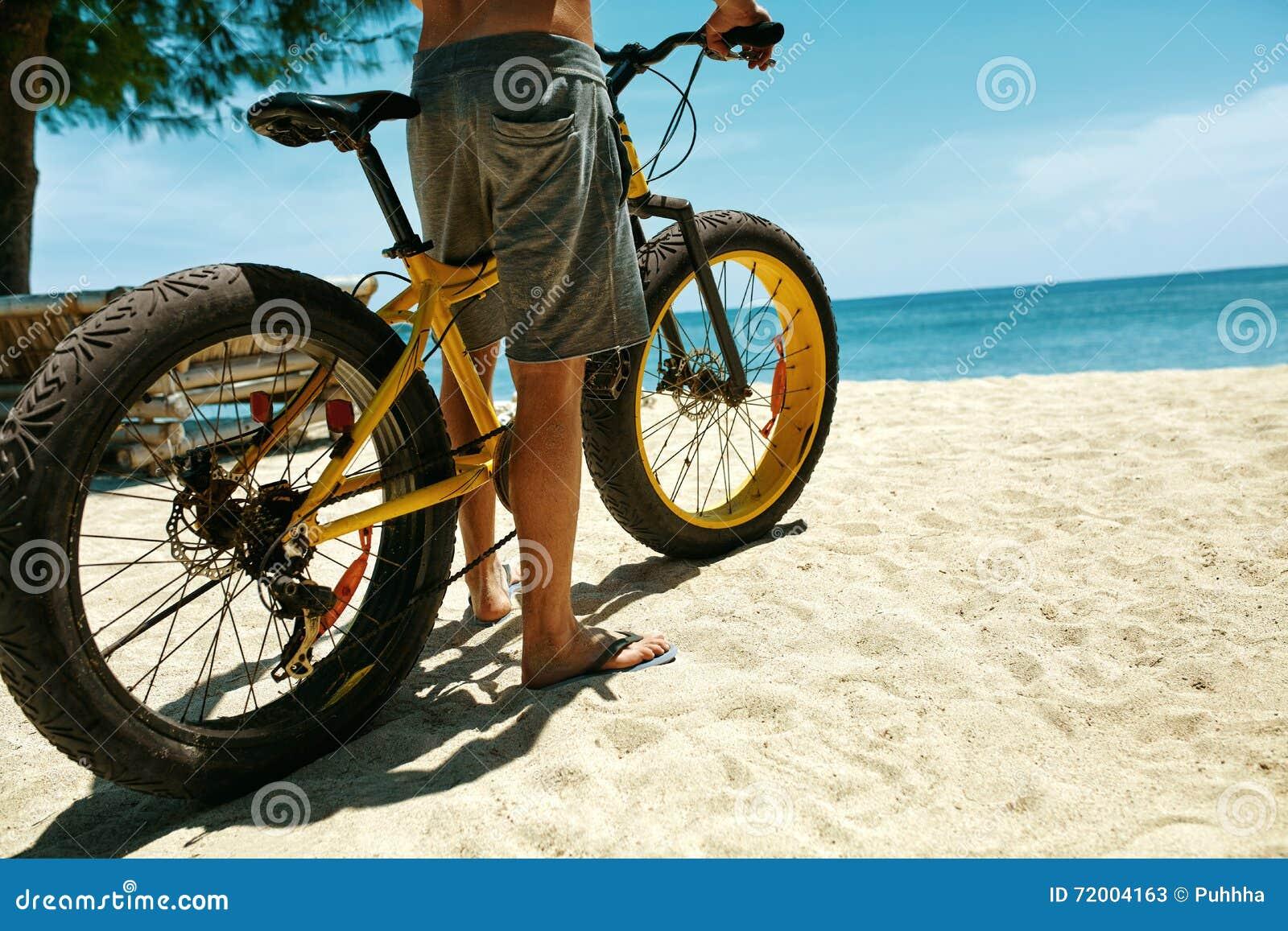 Ci rrese encima de la bicicleta de la arena del montar a for Arena de playa precio