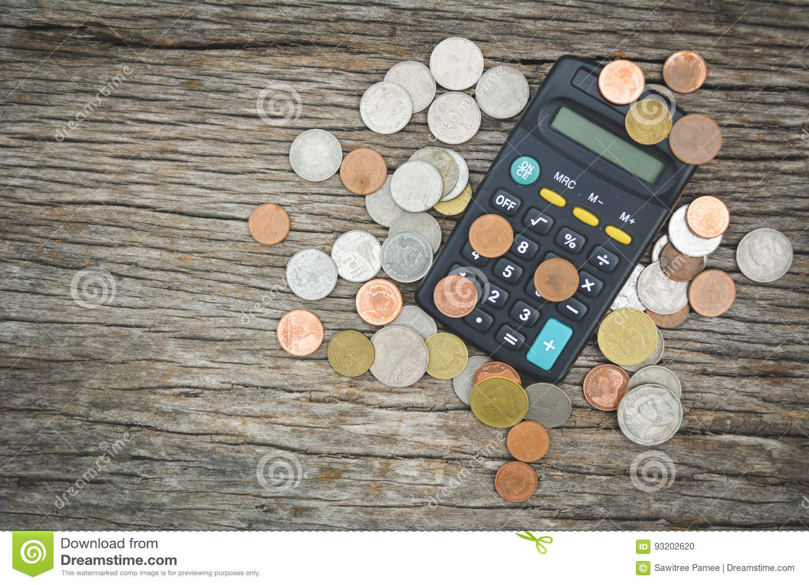 Ciérrese encima de la calculadora y de la moneda