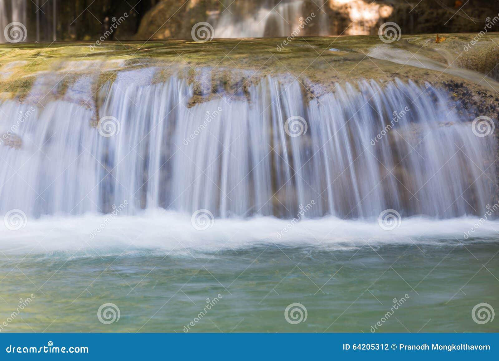 Ciérrese encima de la cascada natural en parque profundo de la nación del bosque