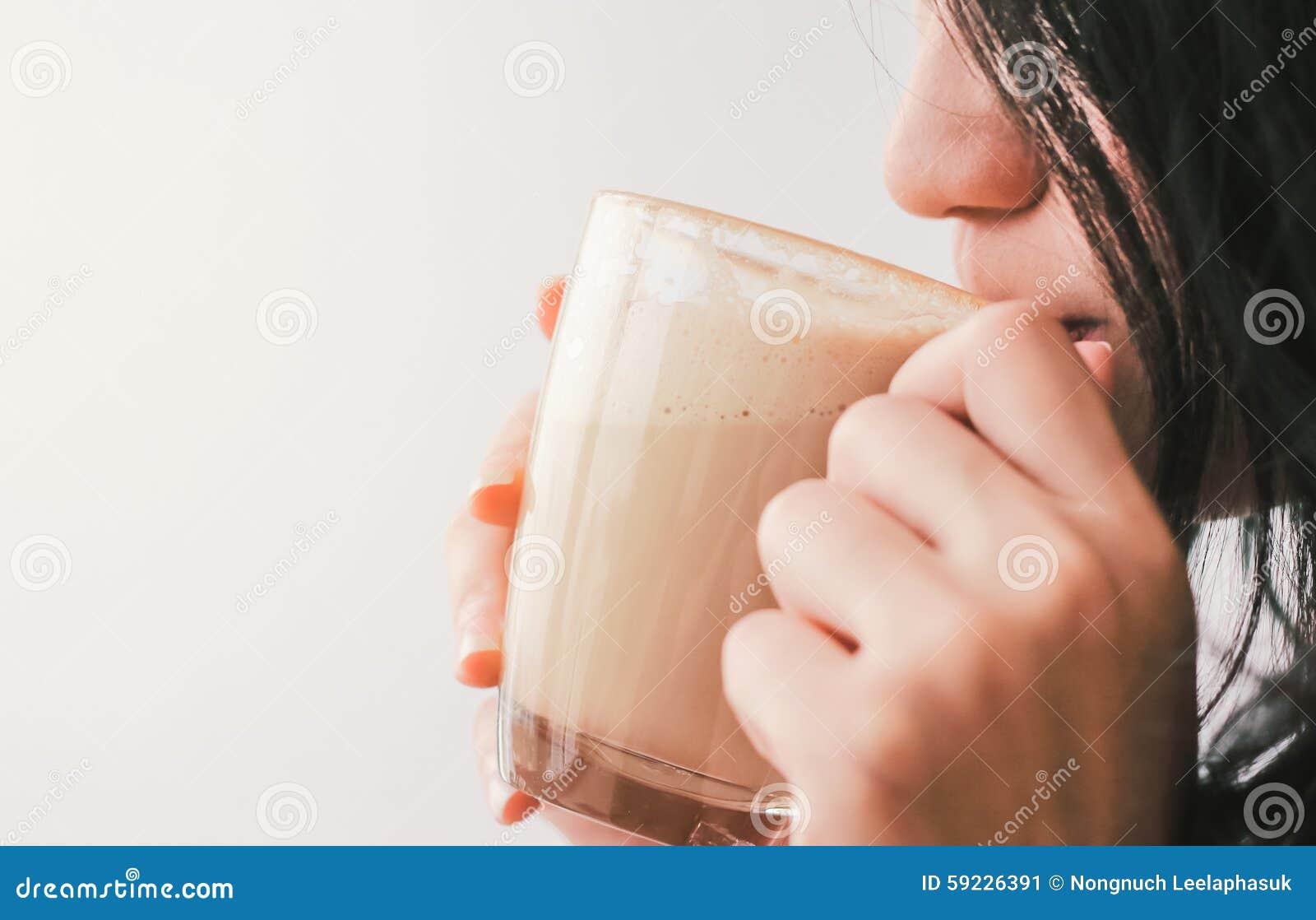 Download Ciérrese Encima De La Mujer Que Bebe El Café Caliente En El Café Imagen de archivo - Imagen de feliz, desayuno: 59226391