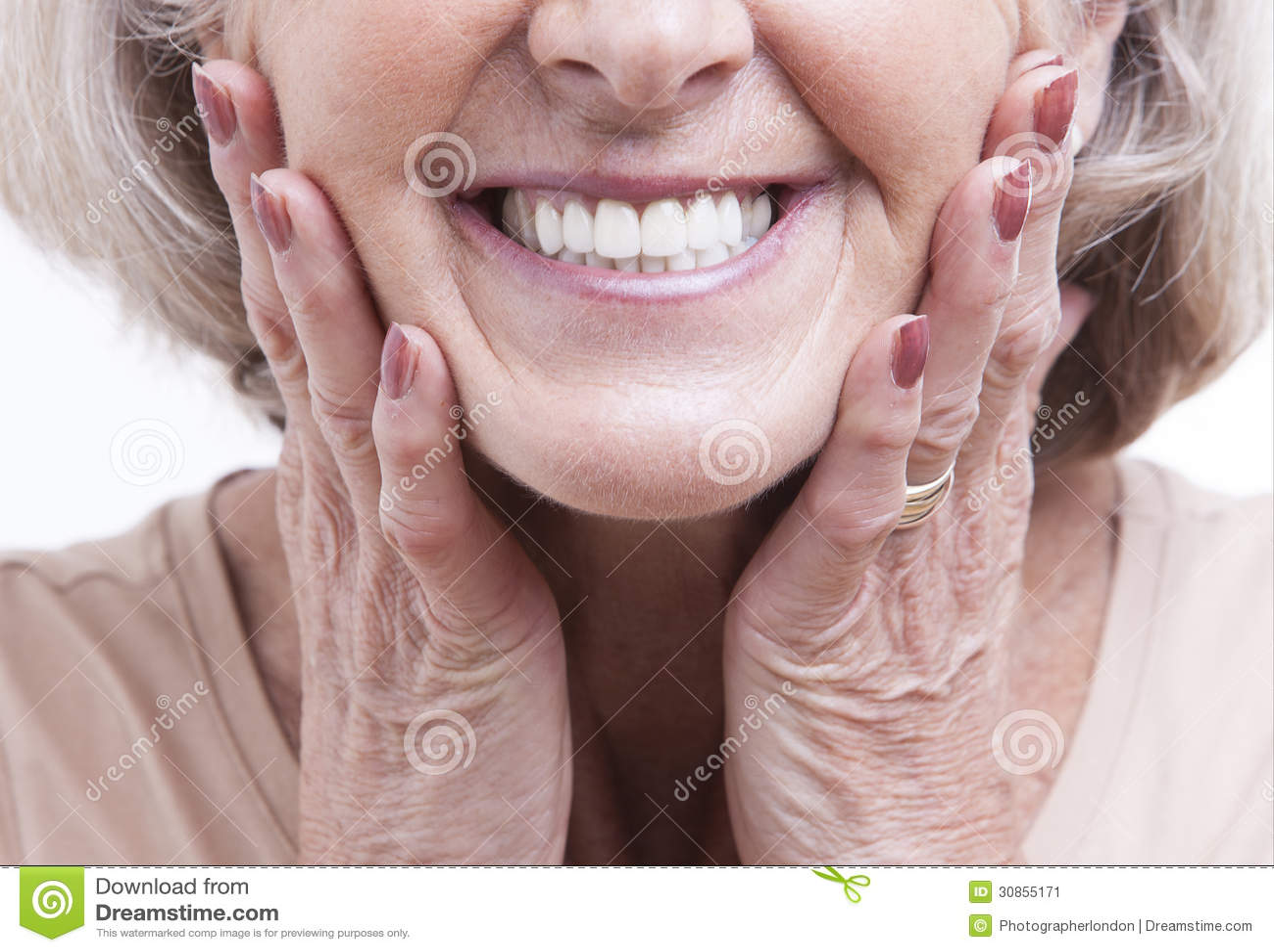 Ciérrese encima de la opinión sobre las dentaduras mayores