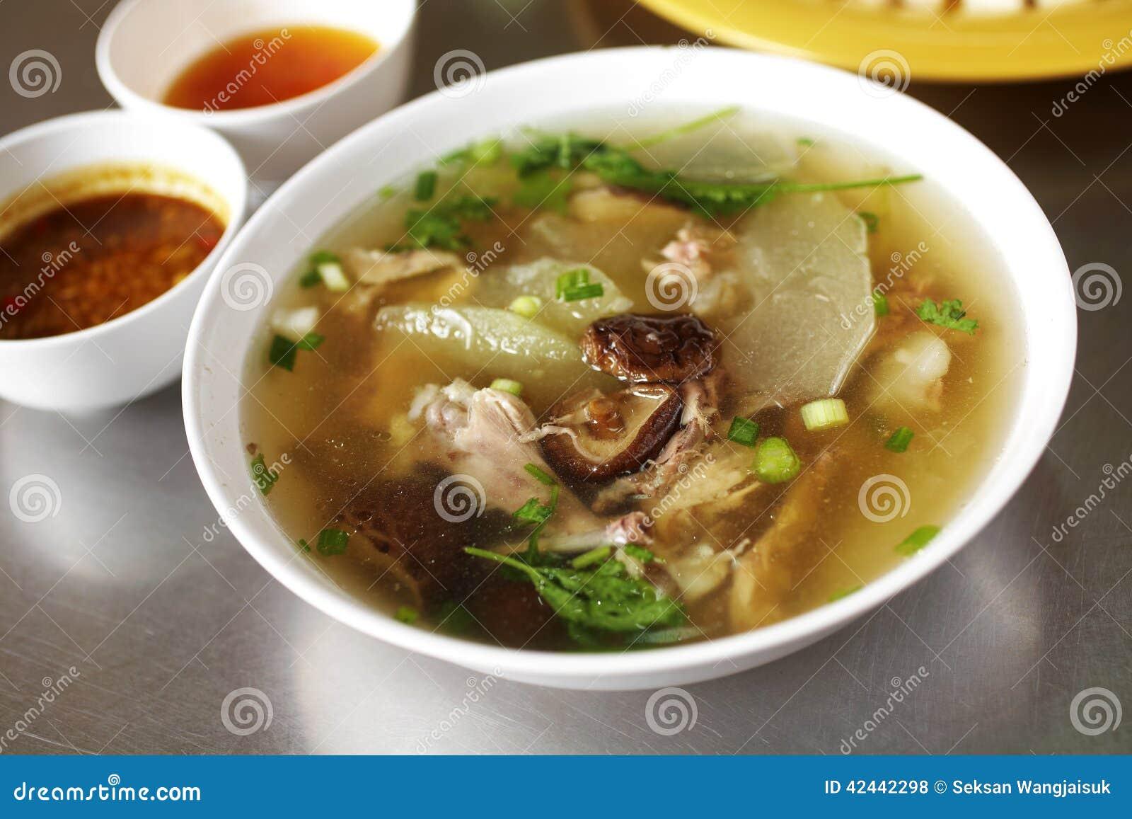 Ciérrese encima de la sopa y de la sopa de verduras chinas de pollo