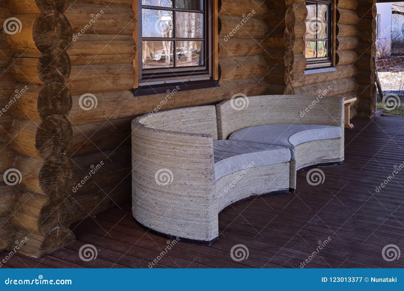Ciérrese Encima De La Vista De Los Sofás Blancos En Terraza
