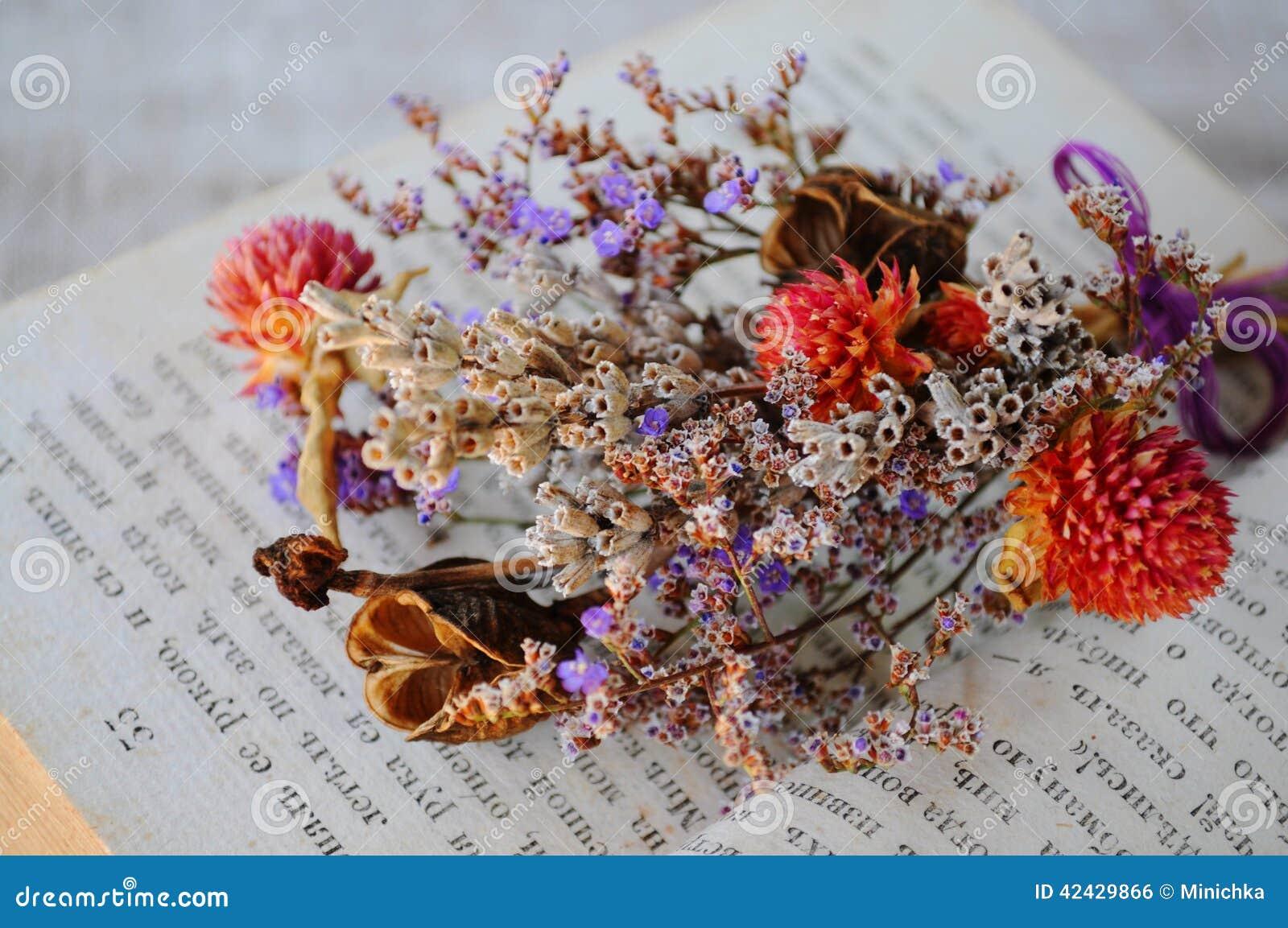 Ciérrese encima de las flores secas del ramillete