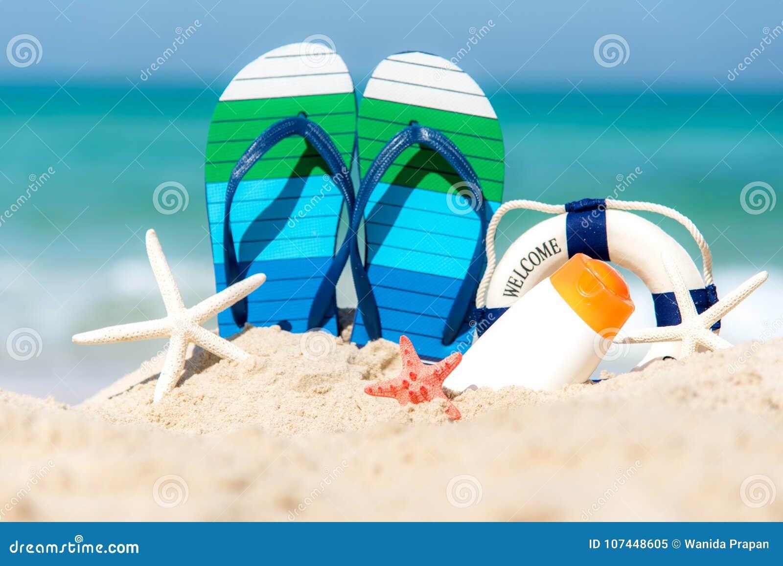 Ciérrese Encima De Las Sandalias En La Playa De La Arena Con El ...