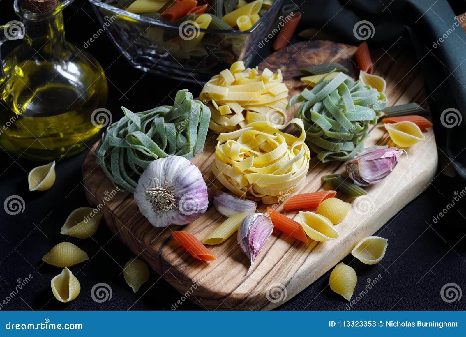 Ciérrese encima de los ingredientes oscuros de las pastas de la comida del claroscuro con tallarines