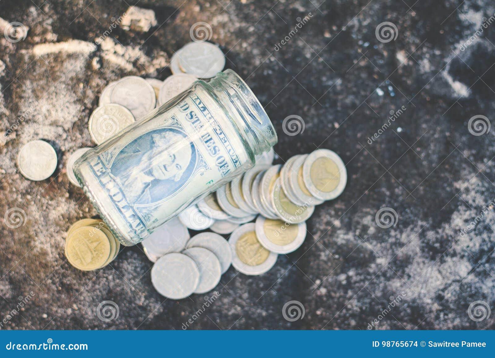 Ciérrese encima de moneda y del dinero