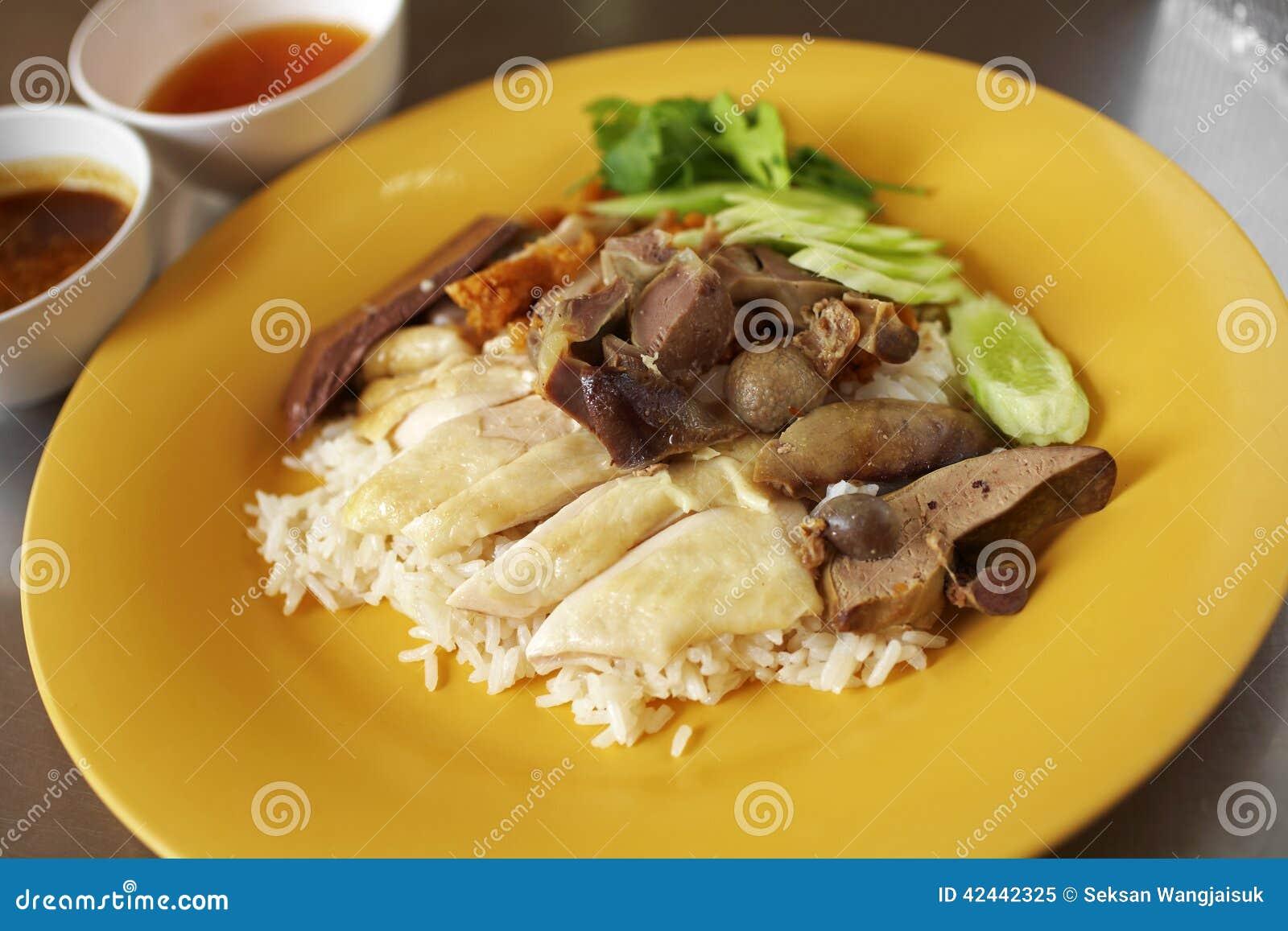 Ciérrese encima de pollo y del arroz cocidos al vapor chino