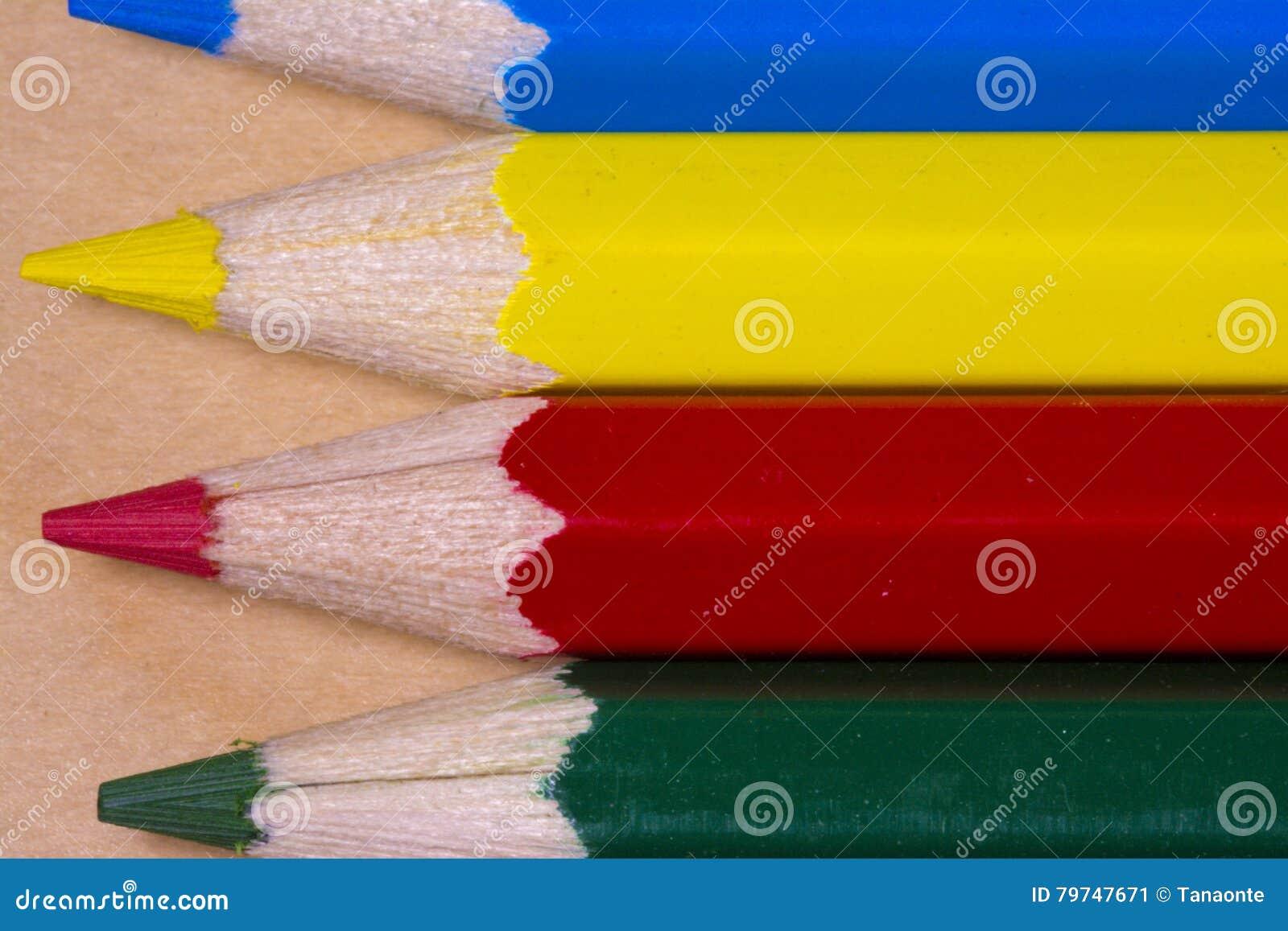 Ciérrese encima de tiro macro del lápiz horizontal del color amarillo, rojo, azul y verde
