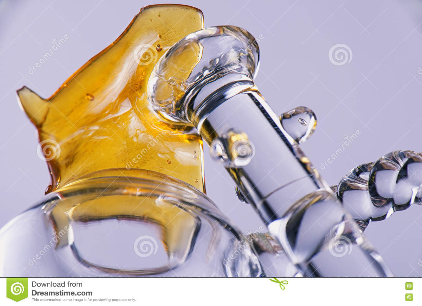 Ciérrese encima de vista de un pedazo de fragmento del concentrado del aceite del cáñamo aka