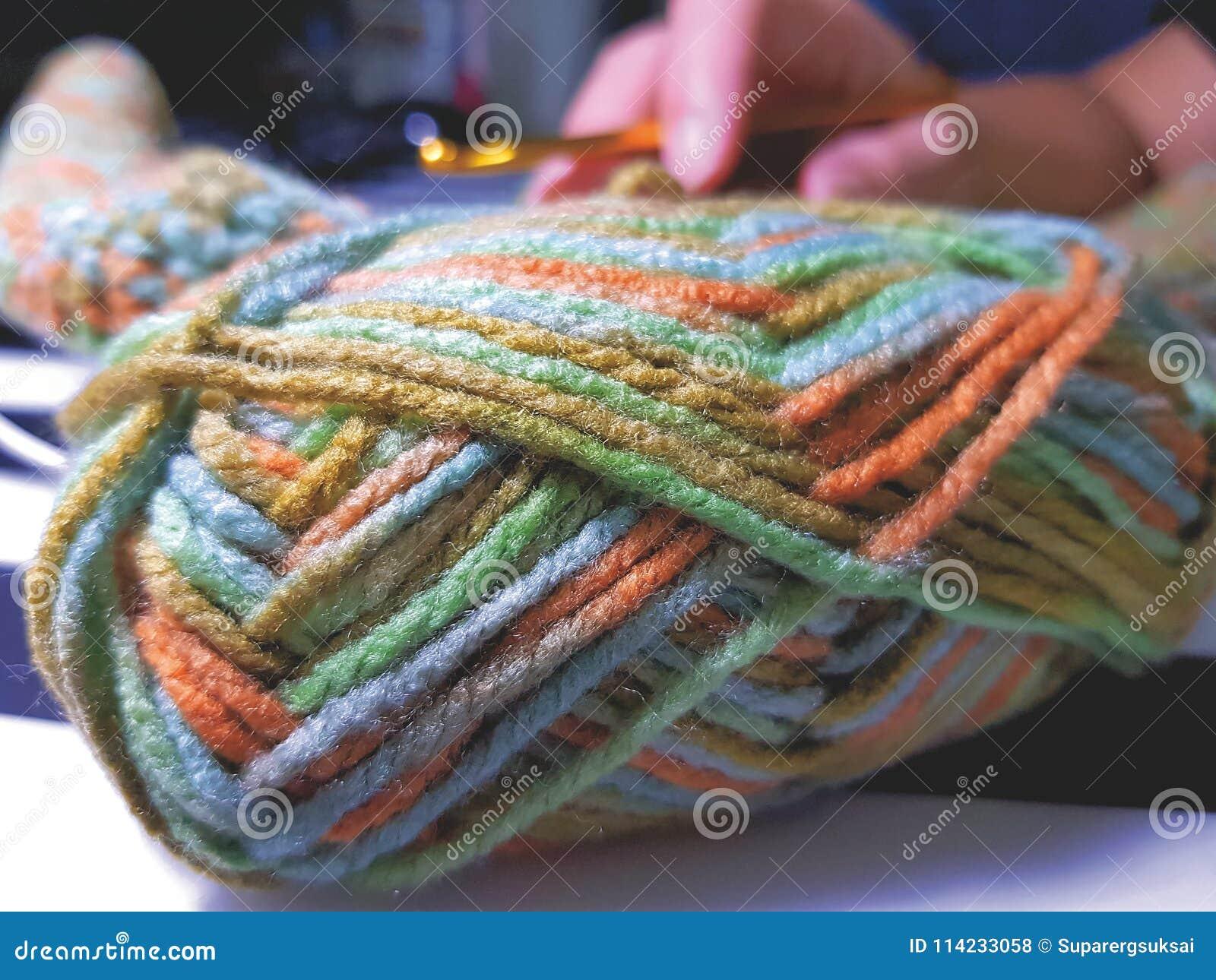 Ciérrese encima del hilado colorido para la afición que hace punto