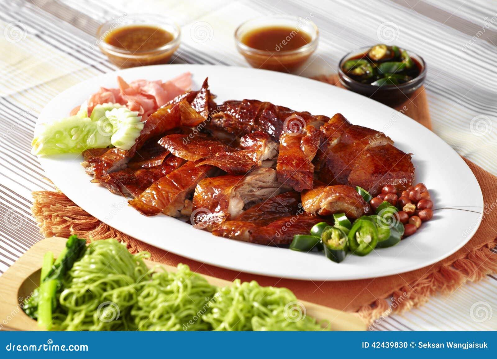 Ciérrese encima del pato asado chino y de los tallarines verdes
