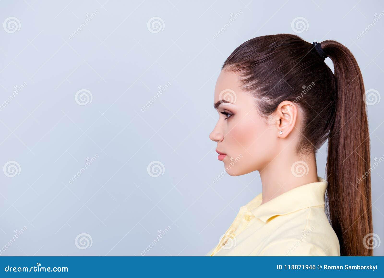 Ciérrese encima del retrato cosechado del perfil de la señora joven en camiseta amarilla