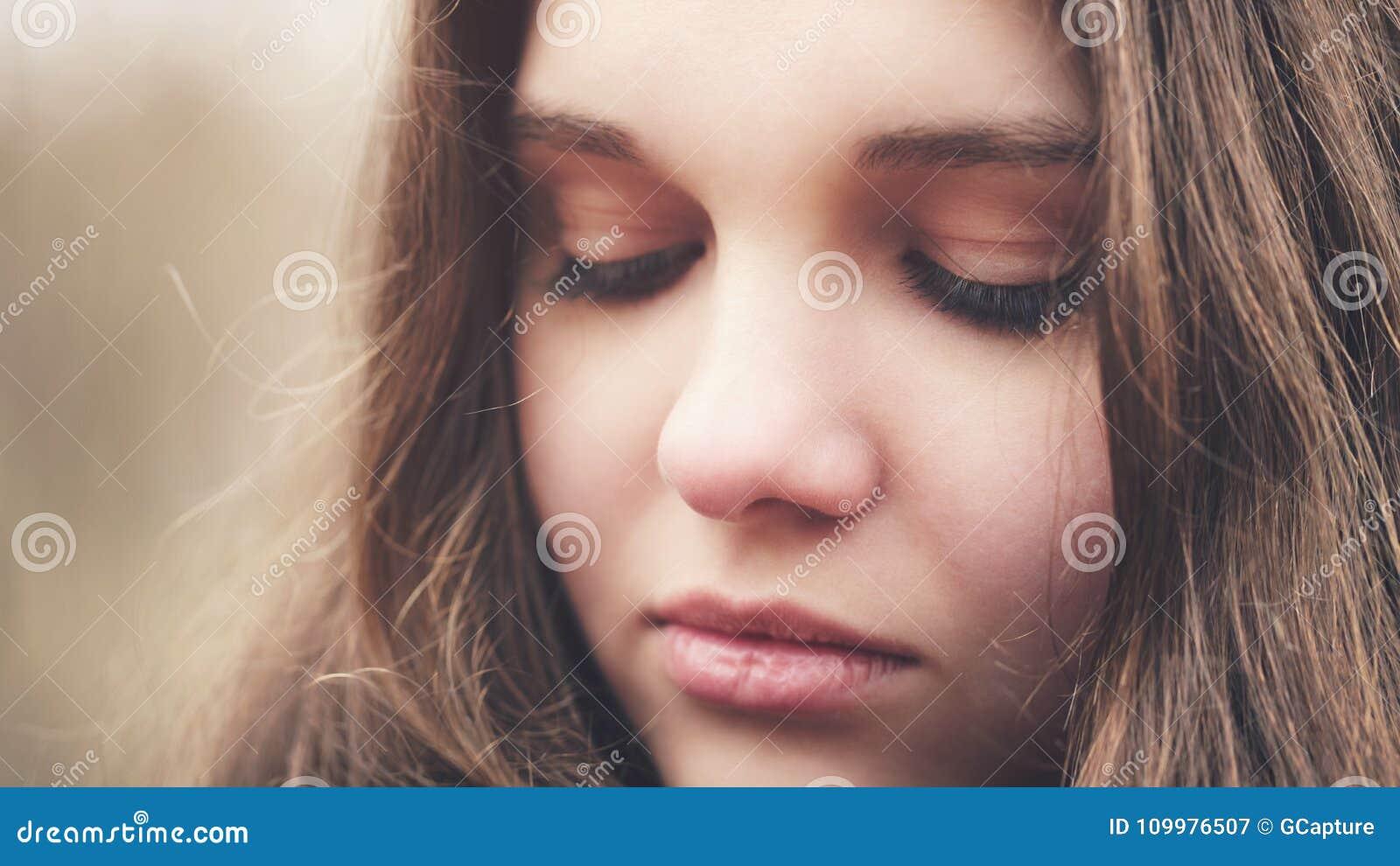 Ciérrese encima del retrato de la chica joven triste