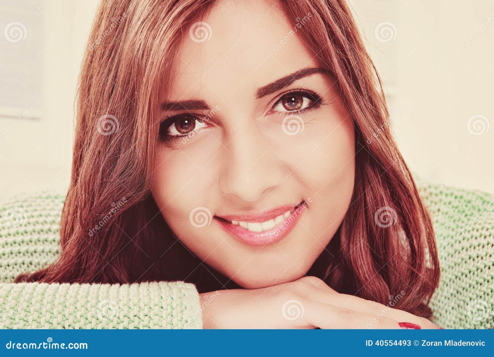 Ciérrese encima del retrato de la mujer sonriente feliz joven hermosa