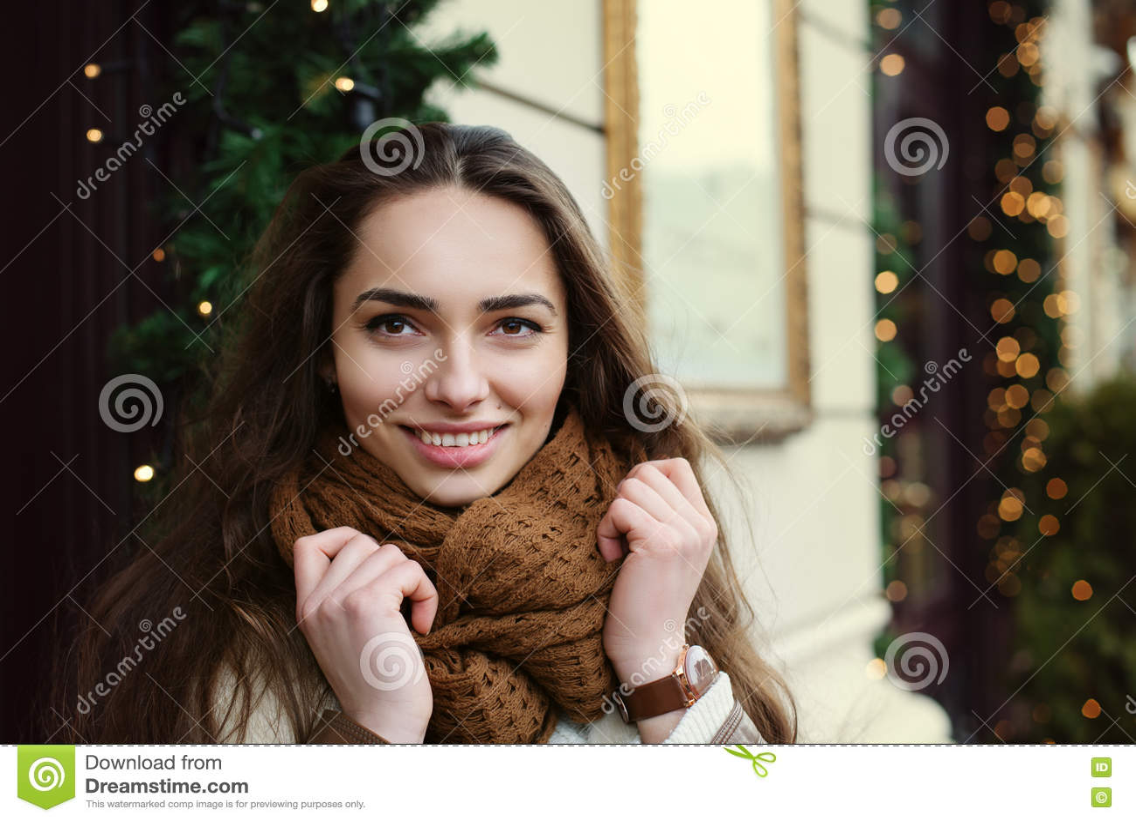 Ciérrese encima del retrato de la señora de moda hermosa joven que lleva la ropa elegante que presenta en la calle Mirada modelo