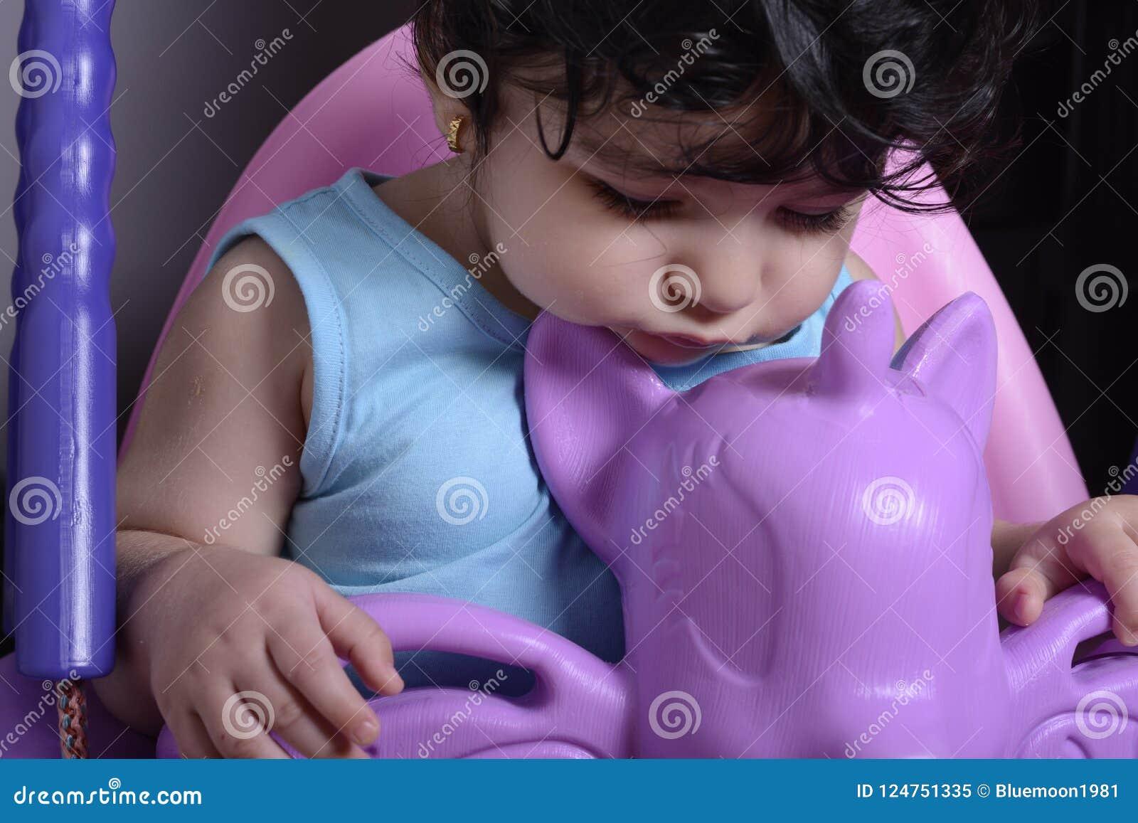 Ciérrese encima del retrato de un pequeño bebé soñoliento en unicornio