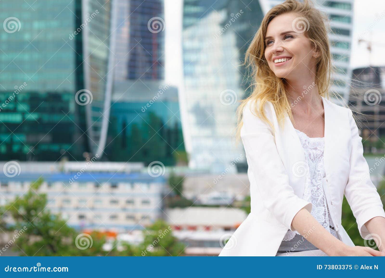 Ciérrese encima del retrato de una mujer de negocios al aire libre