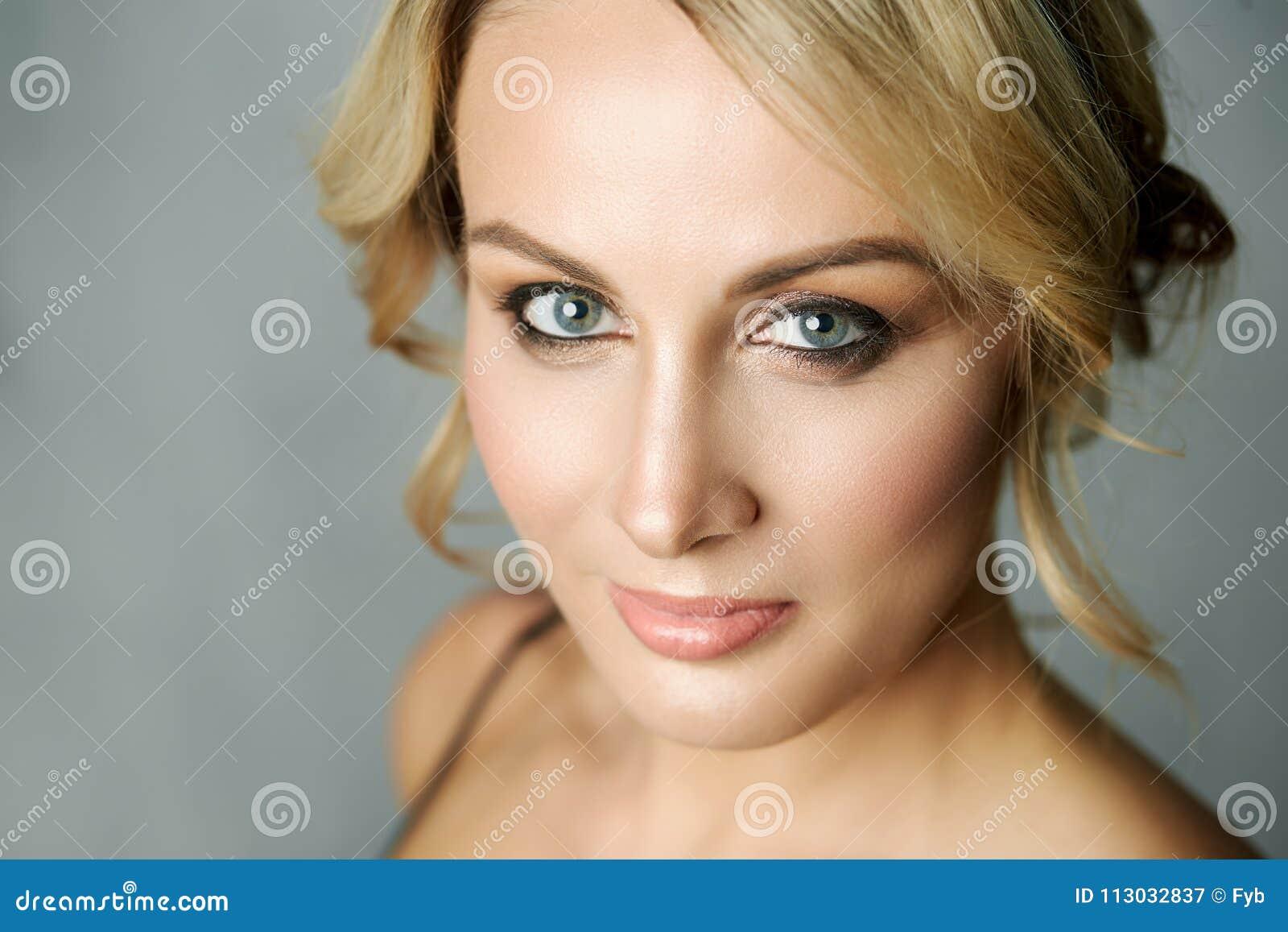 Ciérrese encima del retrato de una mujer hermosa de la Edad Media
