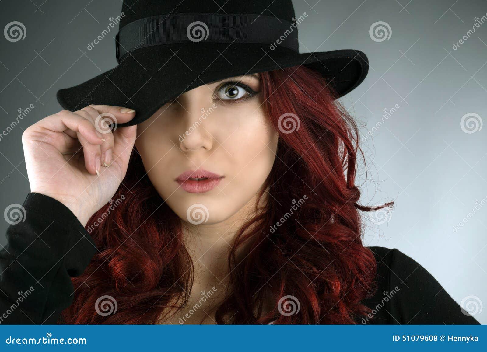 Ciérrese encima del retrato de una mujer joven hermosa del pelirrojo