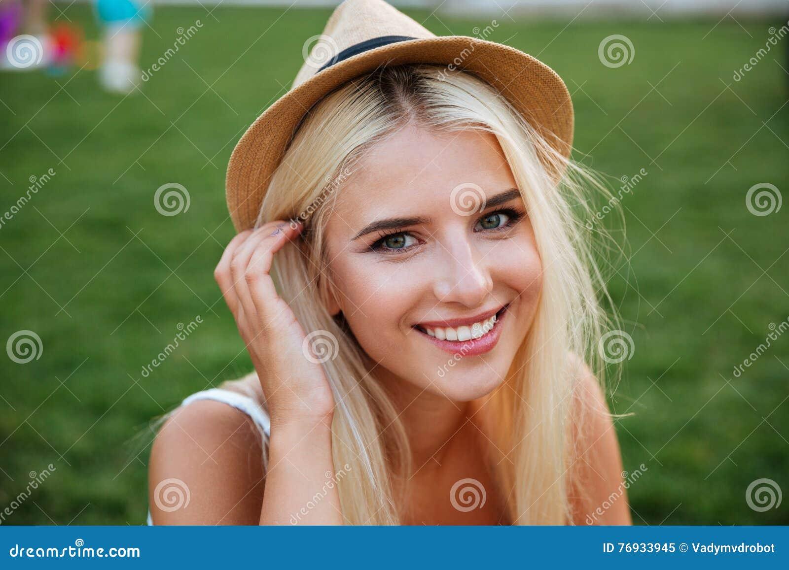 Ciérrese encima del retrato de una mujer joven sonriente en sombrero