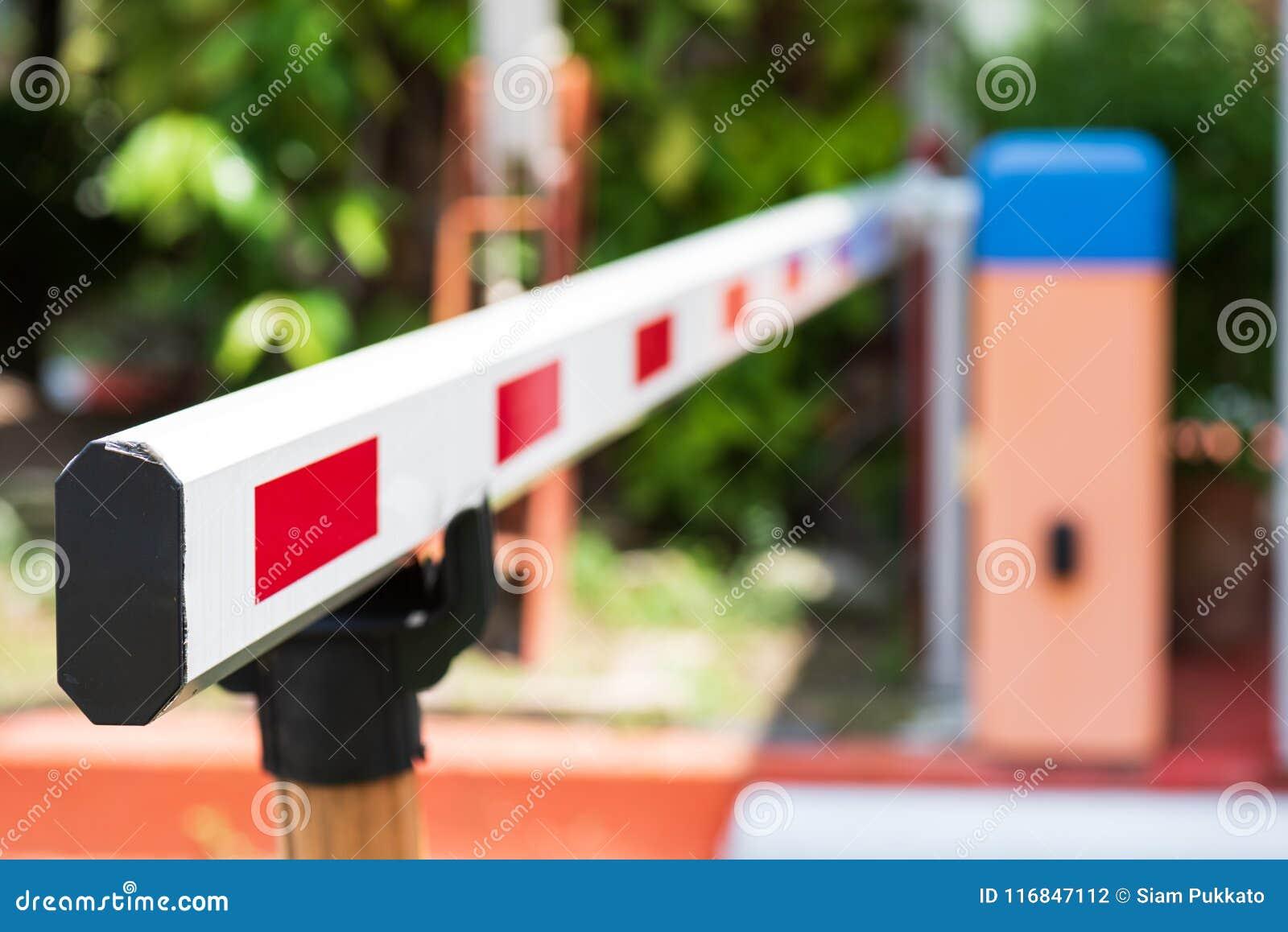 Ciérrese encima del sistema automático de la puerta de la barrera para la seguridad