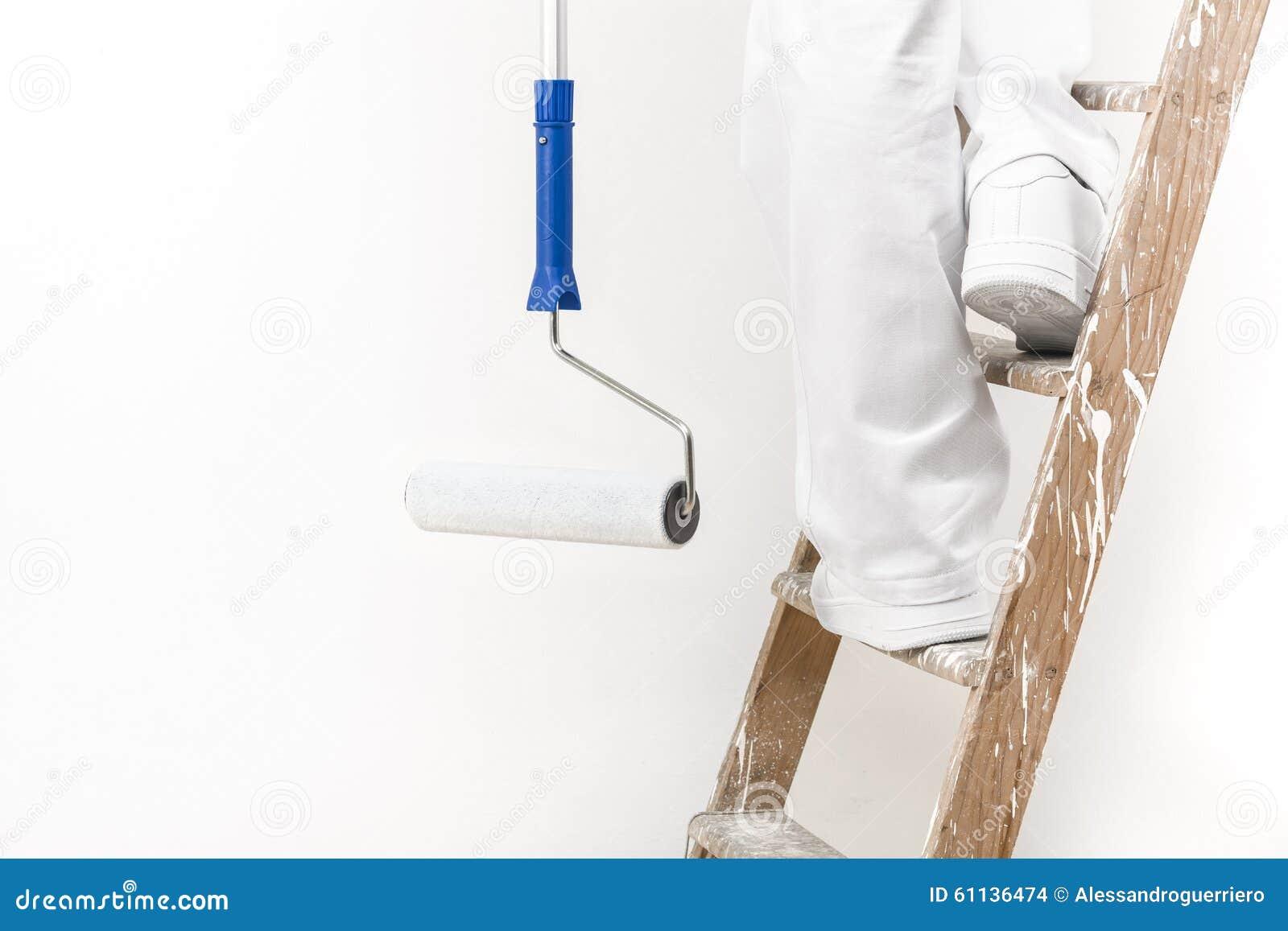 Ciérrese encima del tiro del hombre del pintor en el trabajo que sube una escalera con dolor