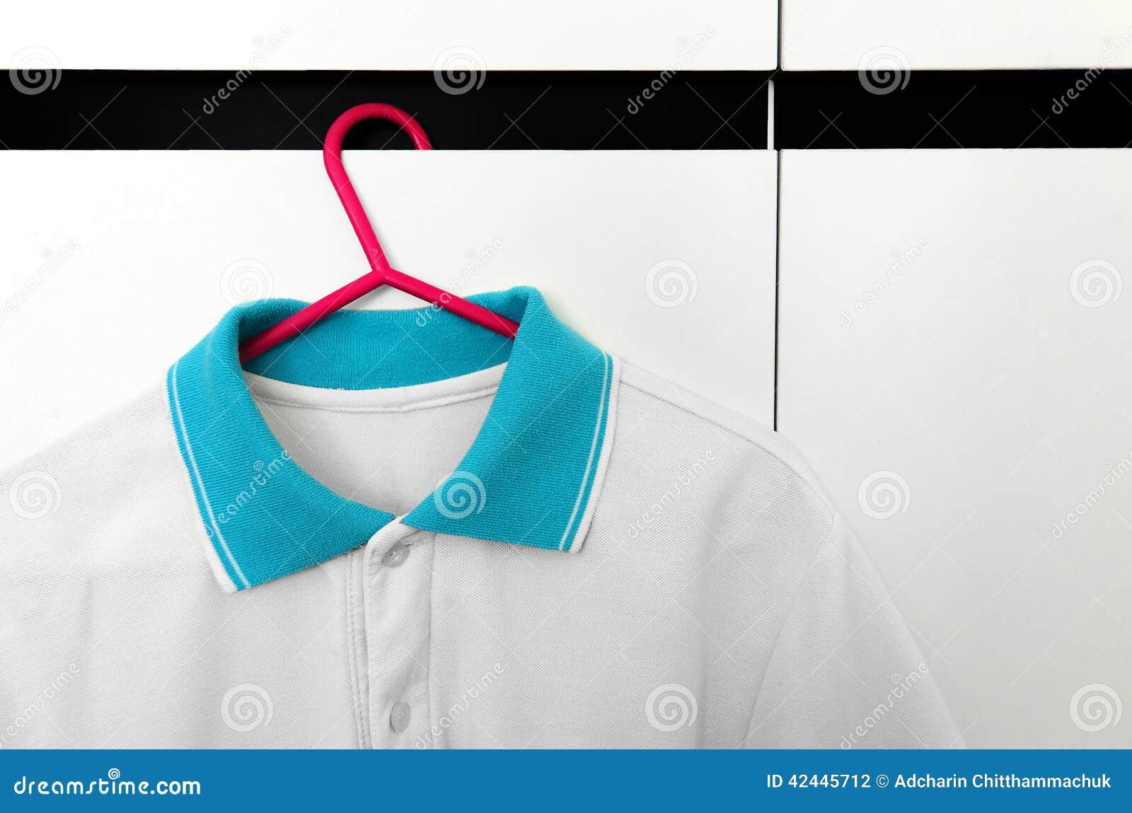 Ciérrese para arriba de camisetas en suspensiones de paño