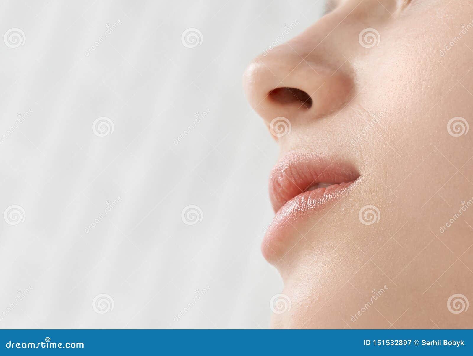 Ciérrese para arriba de cara y de labios de la mujer hermosa