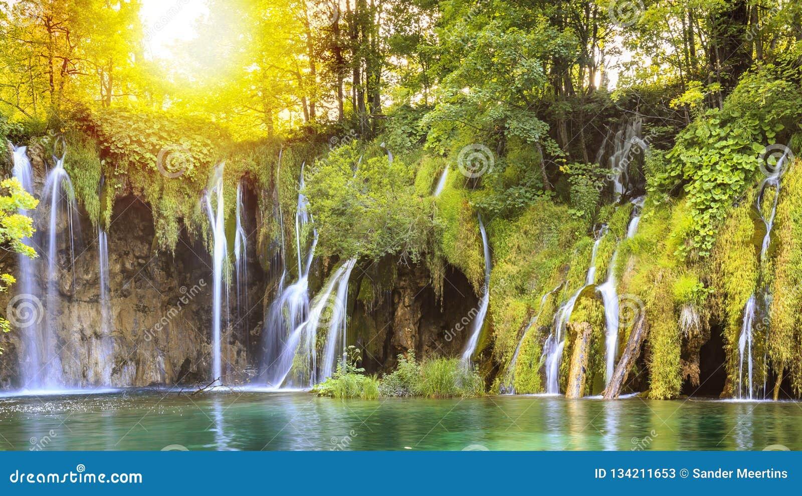Ciérrese para arriba de cascadas azules en los lagos verdes Plitvice del bosque, Croacia