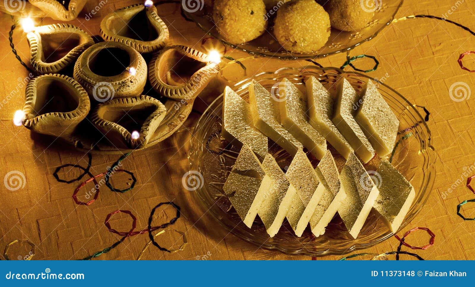 Ciérrese para arriba de dulces y de las lámparas indios de Diwali