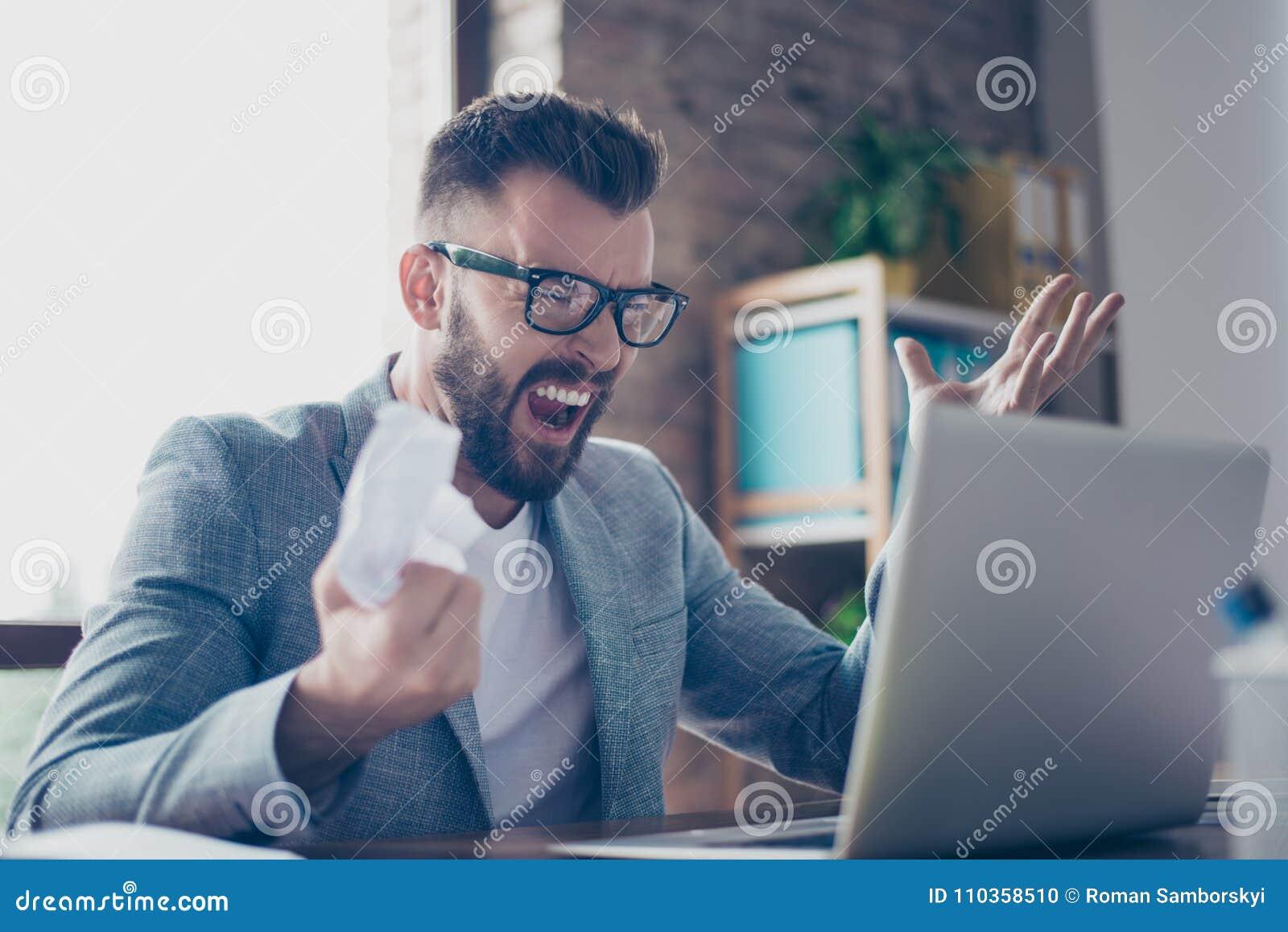 eda38324b92a4 Ciérrese para arriba de empresario elegante barbudo moreno frustrado en GR