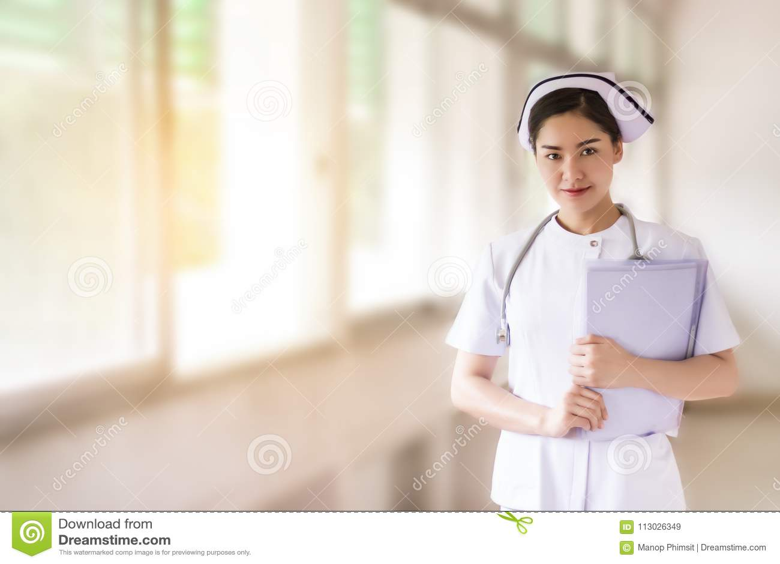 Ciérrese para arriba de enfermera asiática