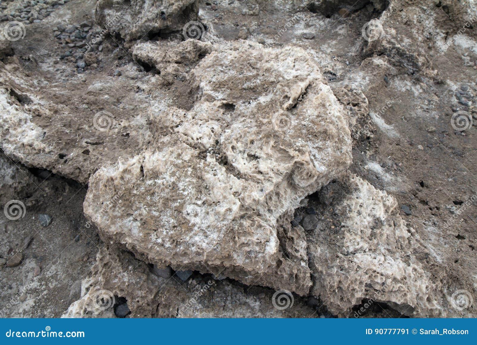 Ciérrese para arriba de formaciones de la sal en el campo de golf de los diablos en la muerte Valle