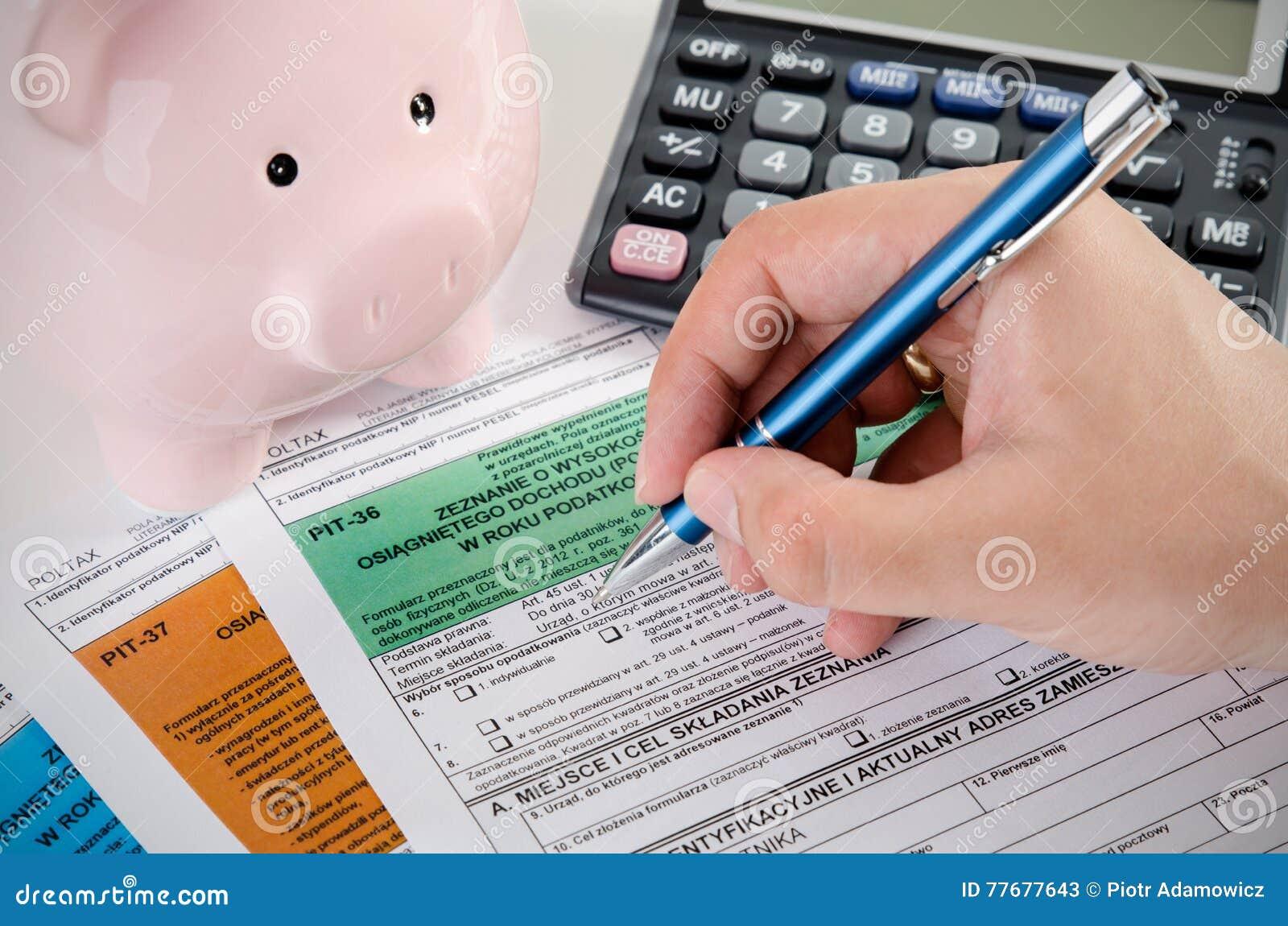 Ciérrese para arriba de formas polacas del impuesto sobre la renta en el escritorio