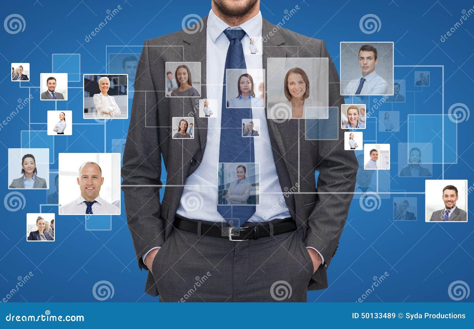 Ciérrese para arriba de hombre de negocios sobre iconos con los contactos