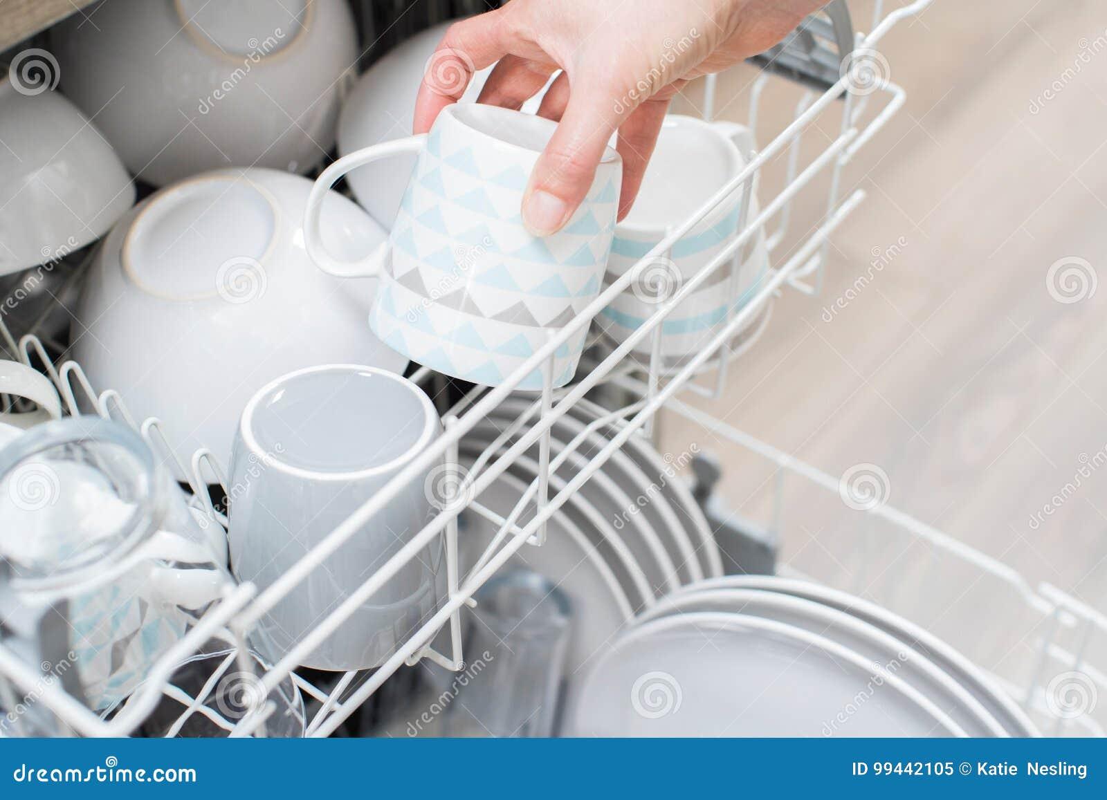 Ciérrese para arriba de la loza del cargamento de la mujer en el lavaplatos