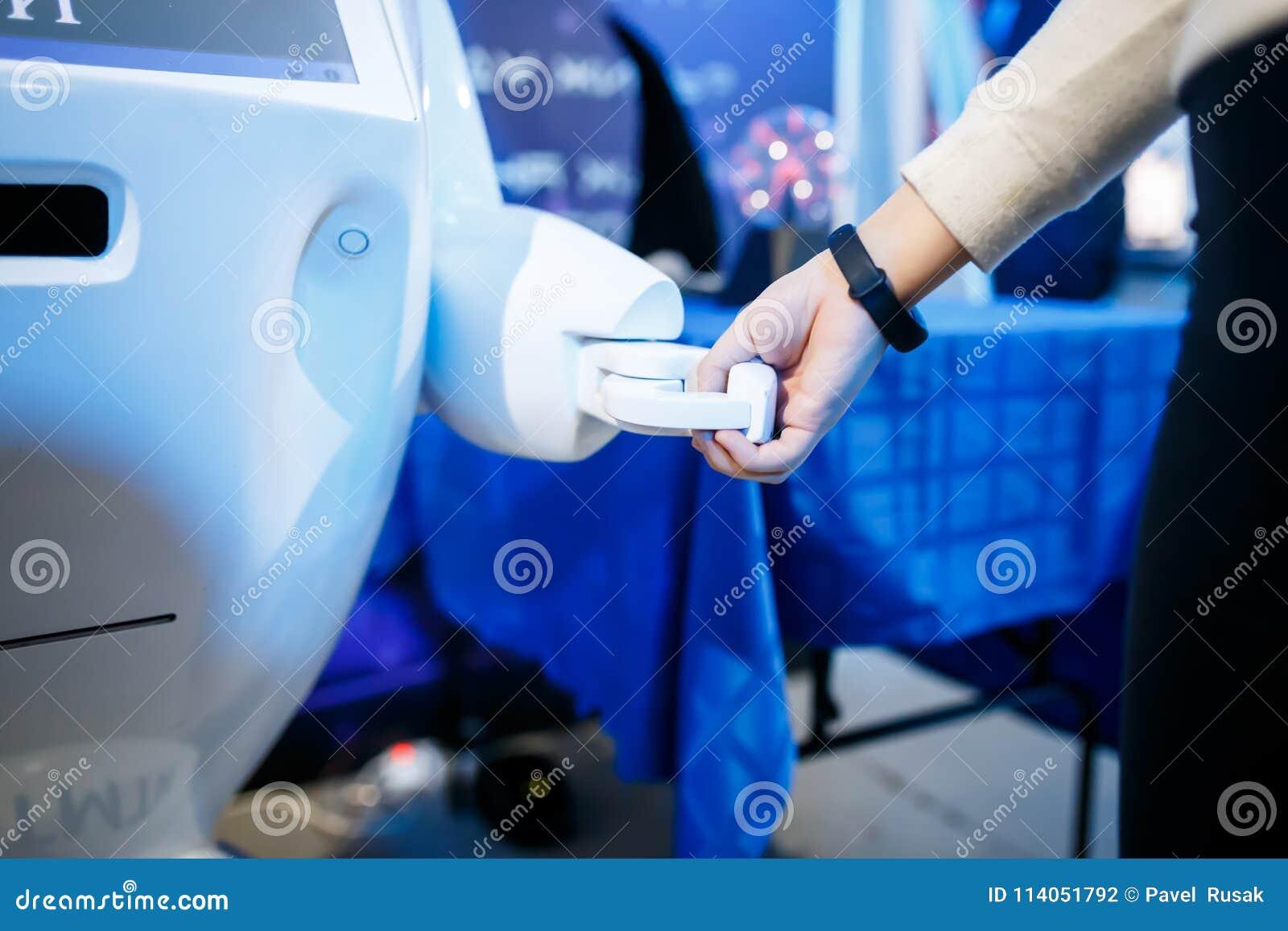 Ciérrese para arriba de la mujer que sacude las manos con un robot