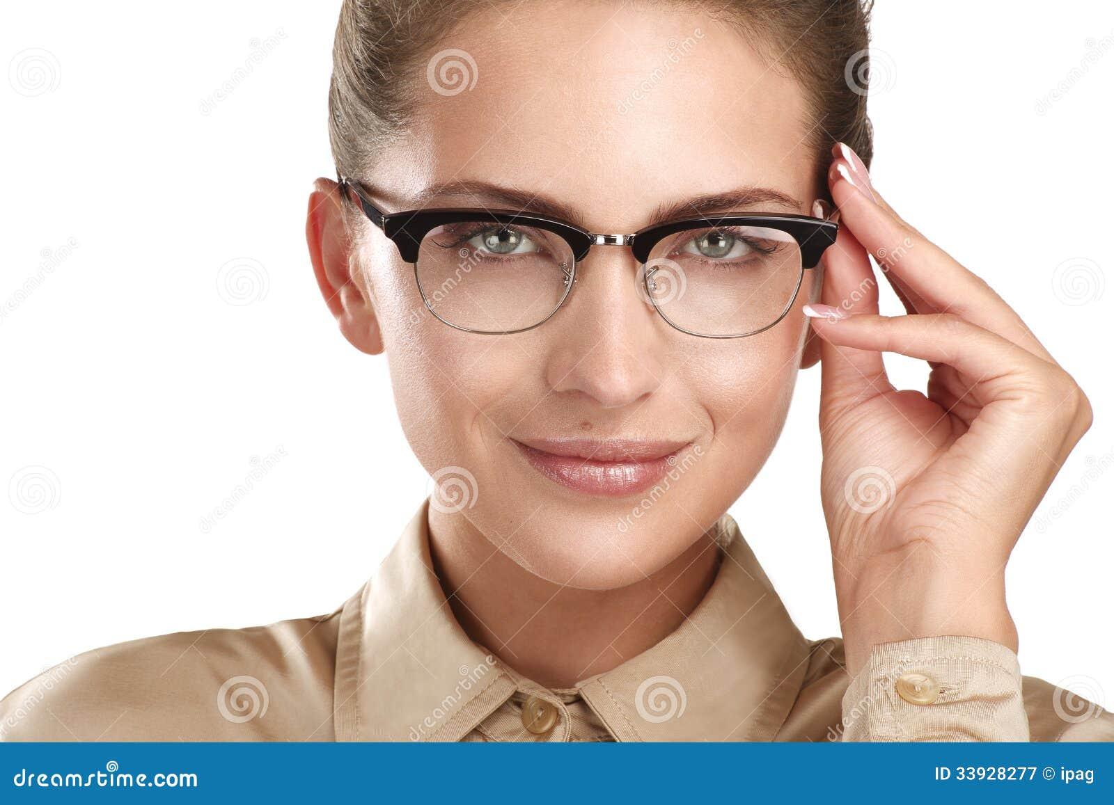 3c85b2d370 Ciérrese para arriba de las lentes que llevan sonrientes de una mujer  hermosa de los jóvenes