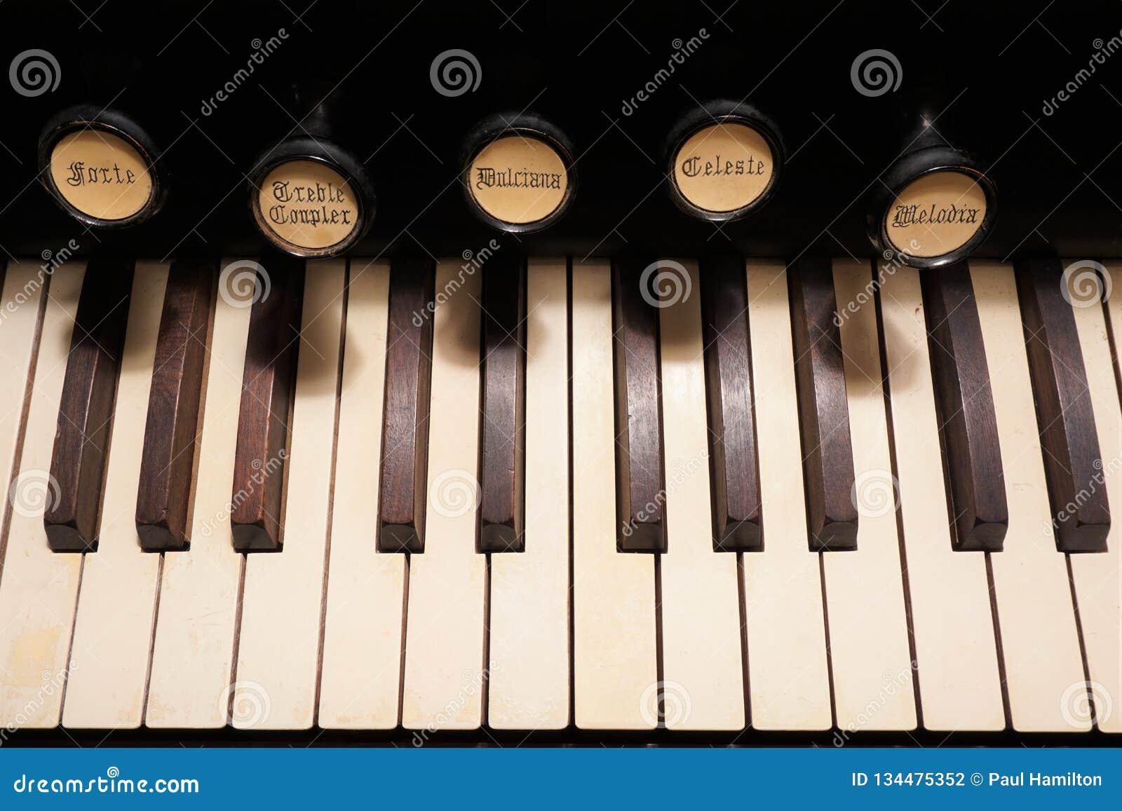 Ciérrese para arriba de las llaves y de las paradas de un viejo órgano de la bomba