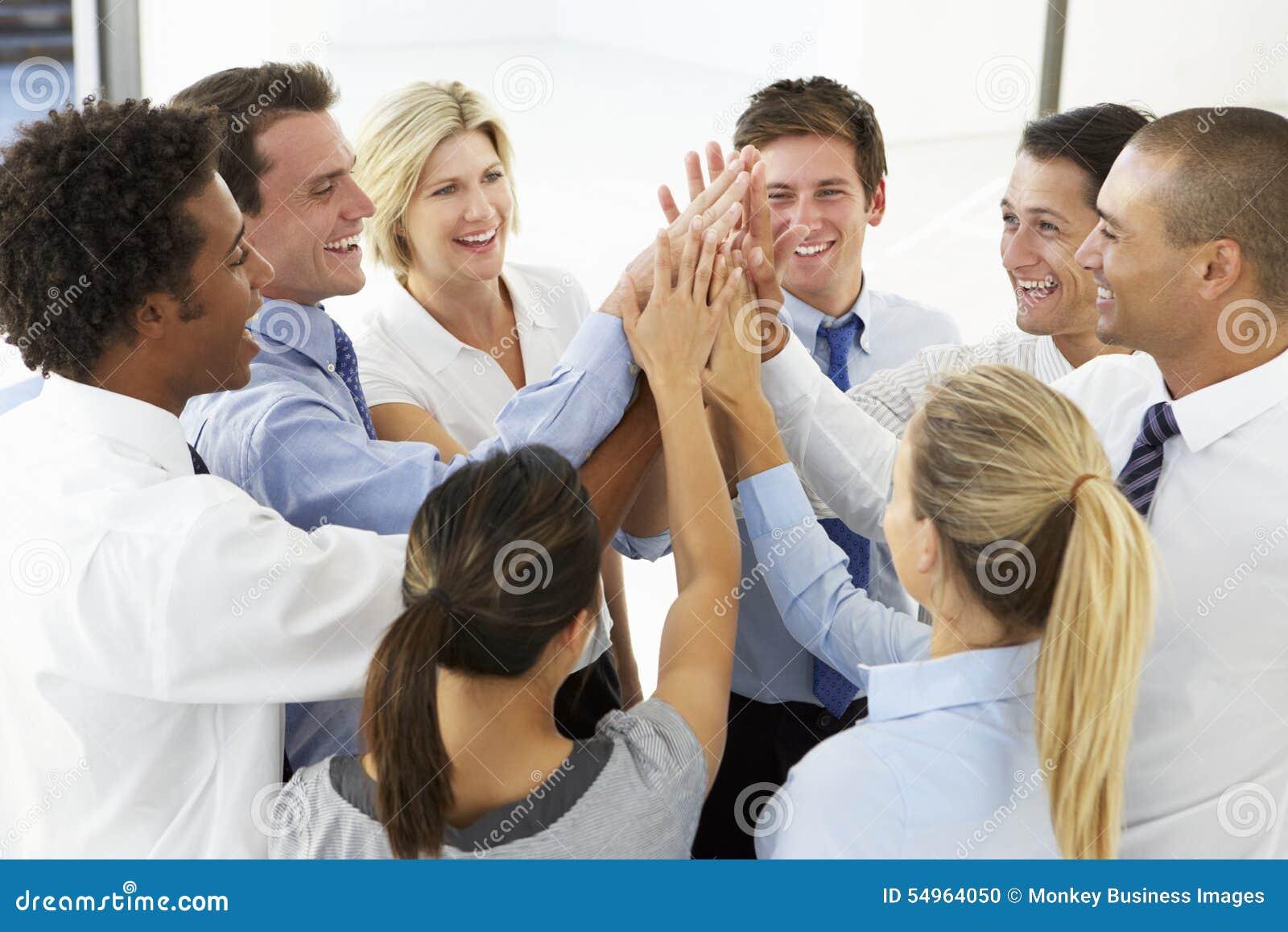 Ciérrese para arriba de los hombres de negocios que se unen a las manos en Team Building Exercise