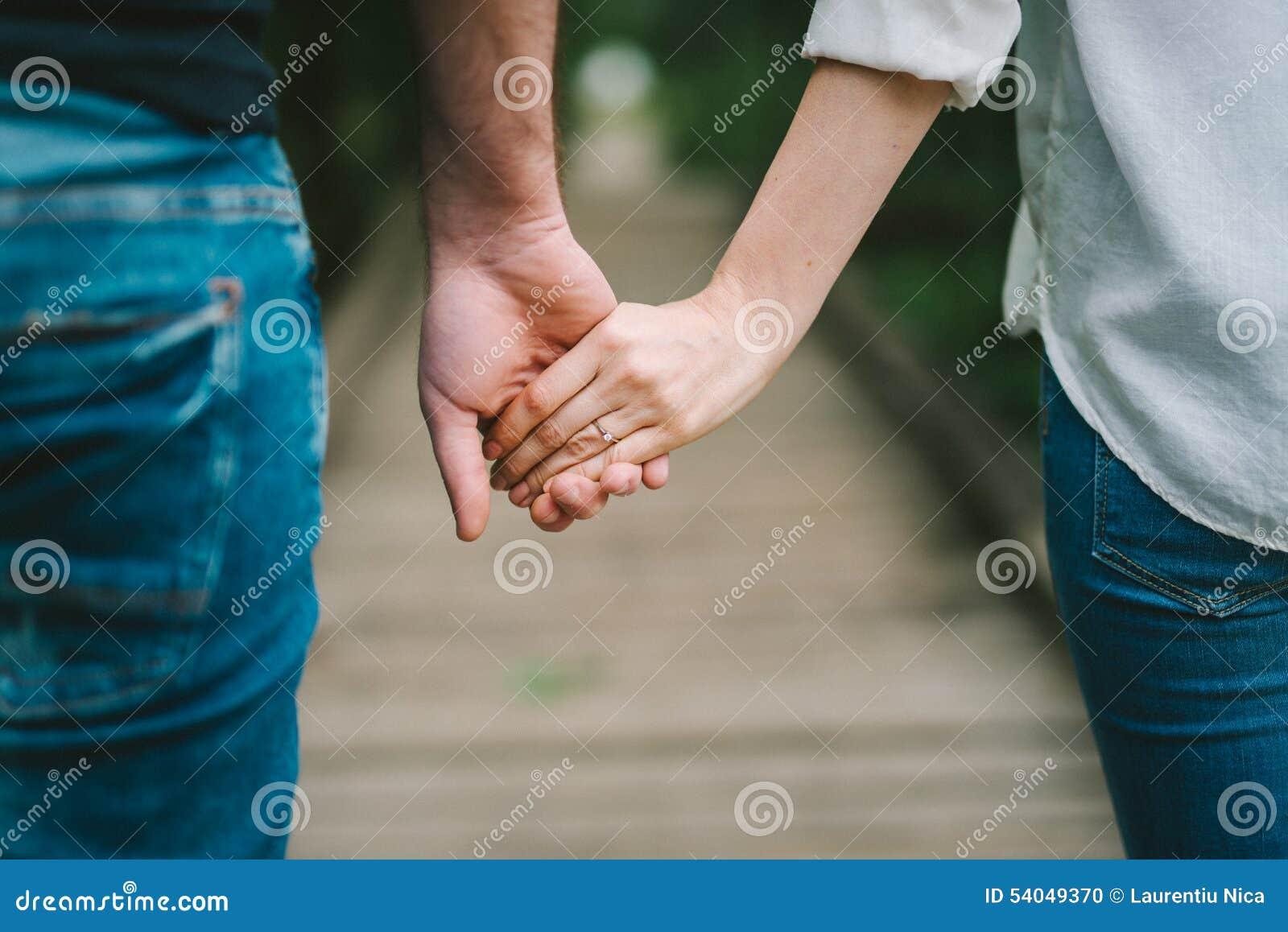 Ciérrese para arriba de los pares del amor que llevan a cabo las manos