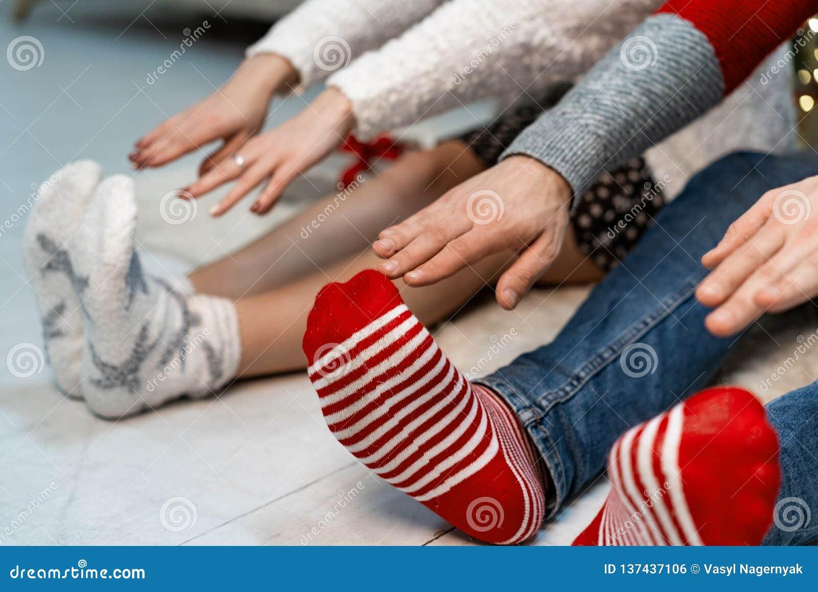 Ciérrese para arriba de los pares que estirando sus brazos a sus pies