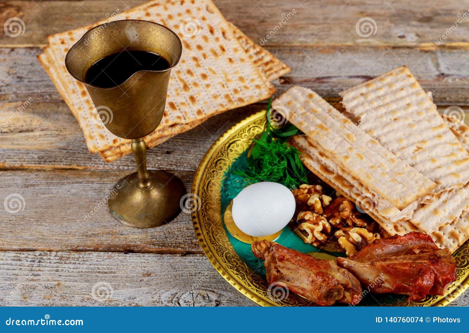 Ciérrese para arriba de matzot y de tallit judíos del passover del día de fiesta del concepto el substituto para el pan en el día