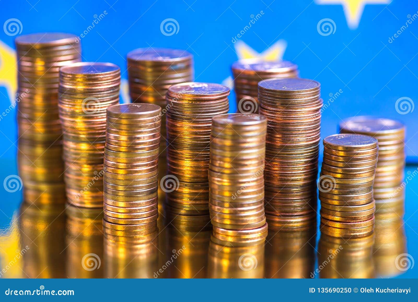 Ciérrese para arriba de monedas euro en fondo azul