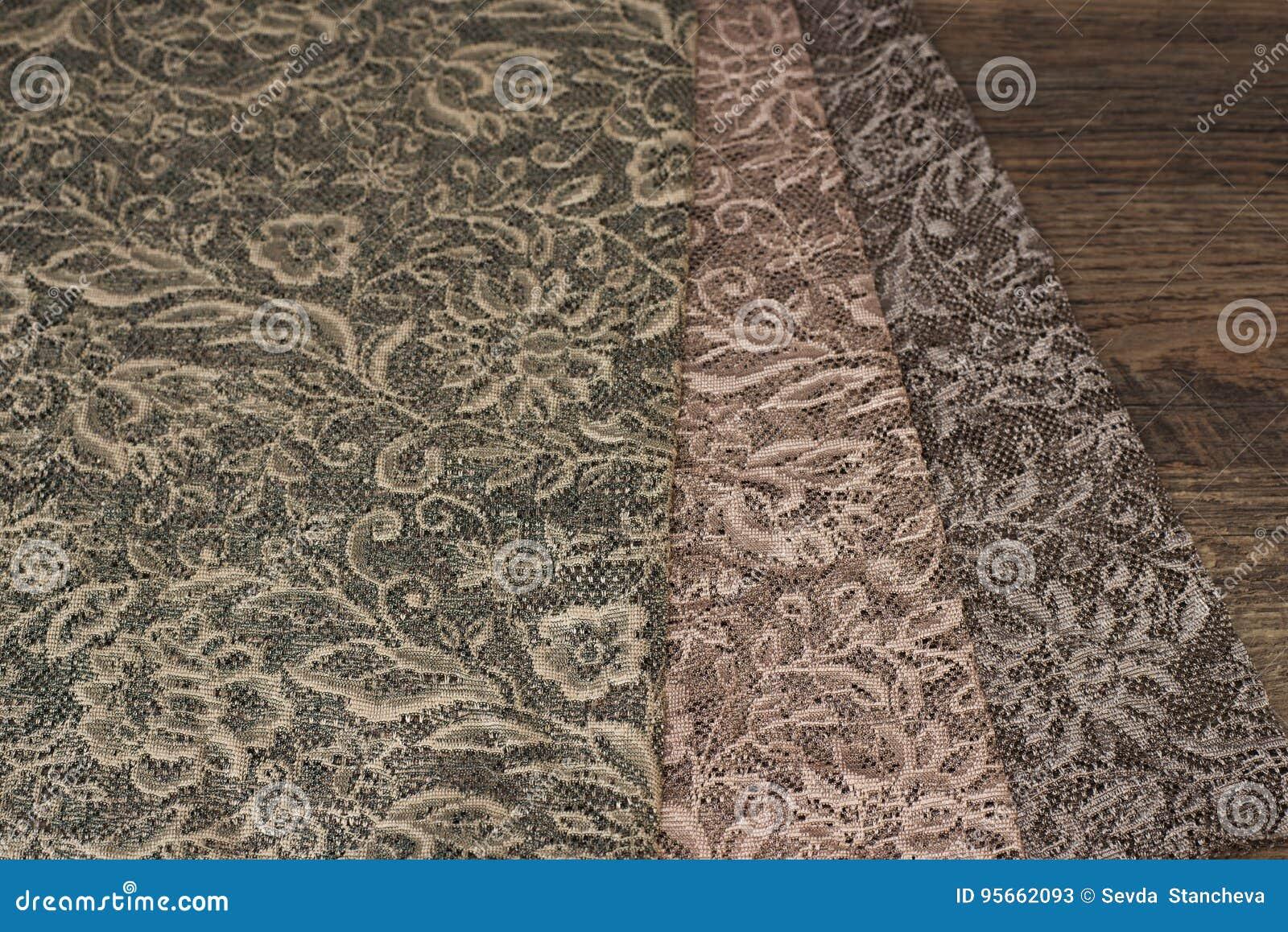 Ciérrese para arriba de muestras escarpadas hermosas de la tela de las cortinas Textura, fondo, modelo Concepto de la boda Diseño
