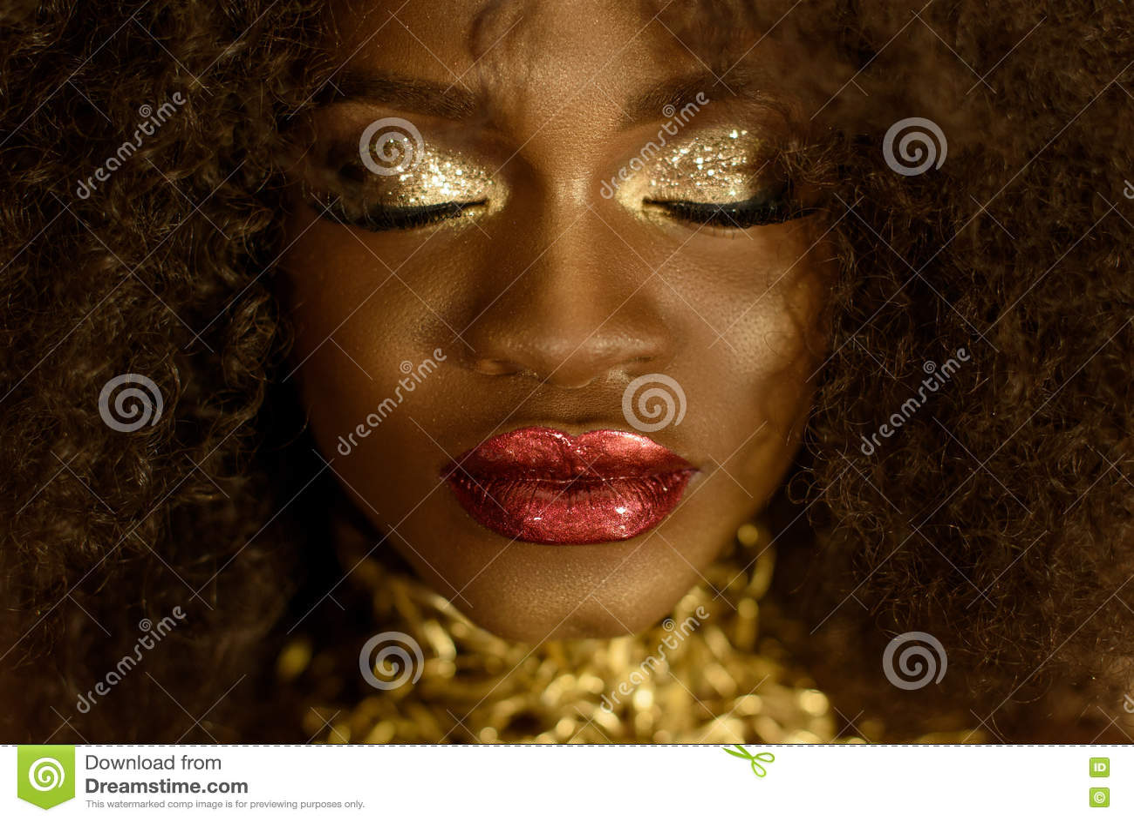 Ciérrese para arriba de mujer afroamericana elegante hermosa Muchacha que presenta con los ojos y la joyería cerrados, collar de