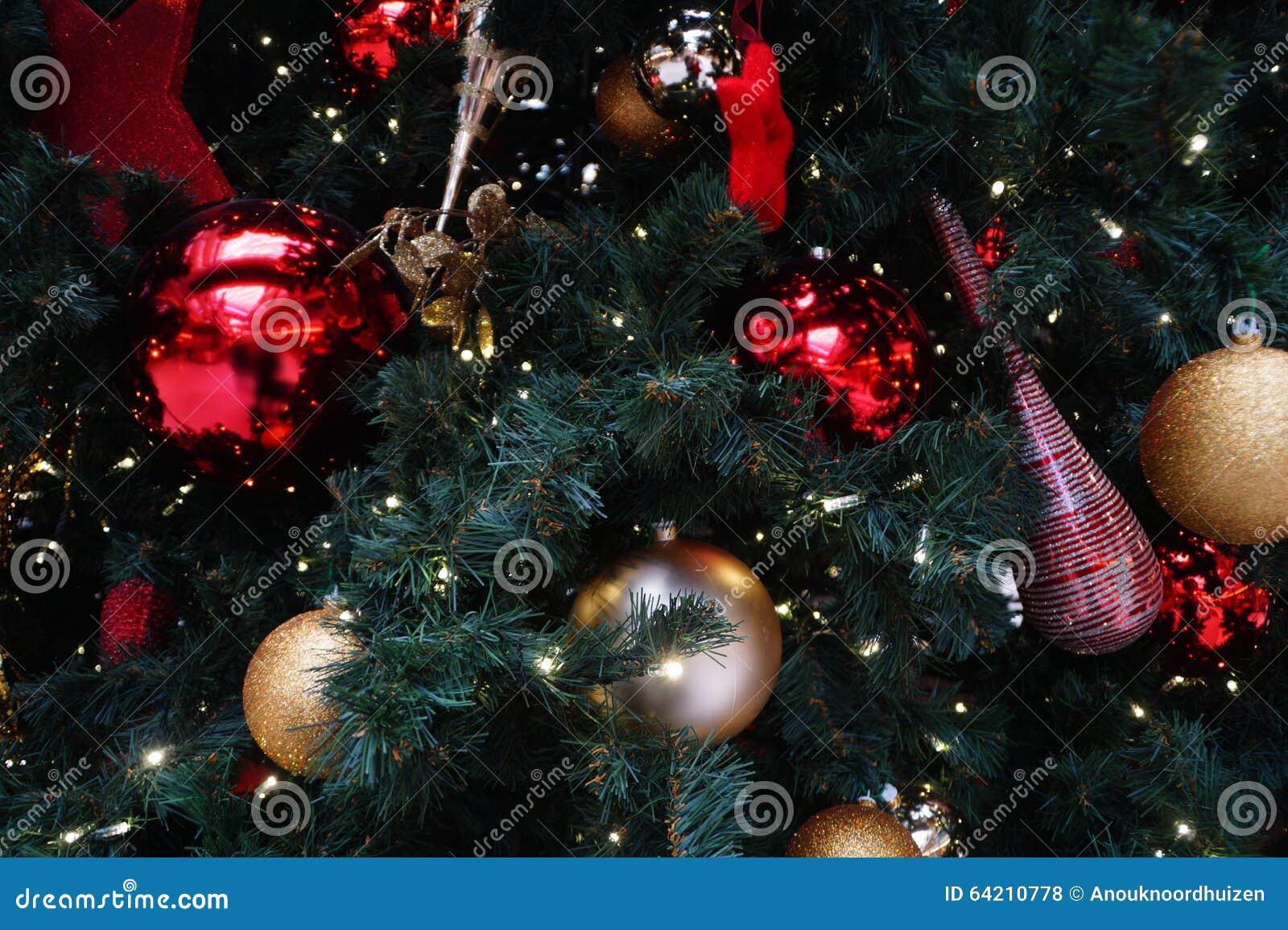 Ciérrese para arriba de un árbol adornado de los chistmas