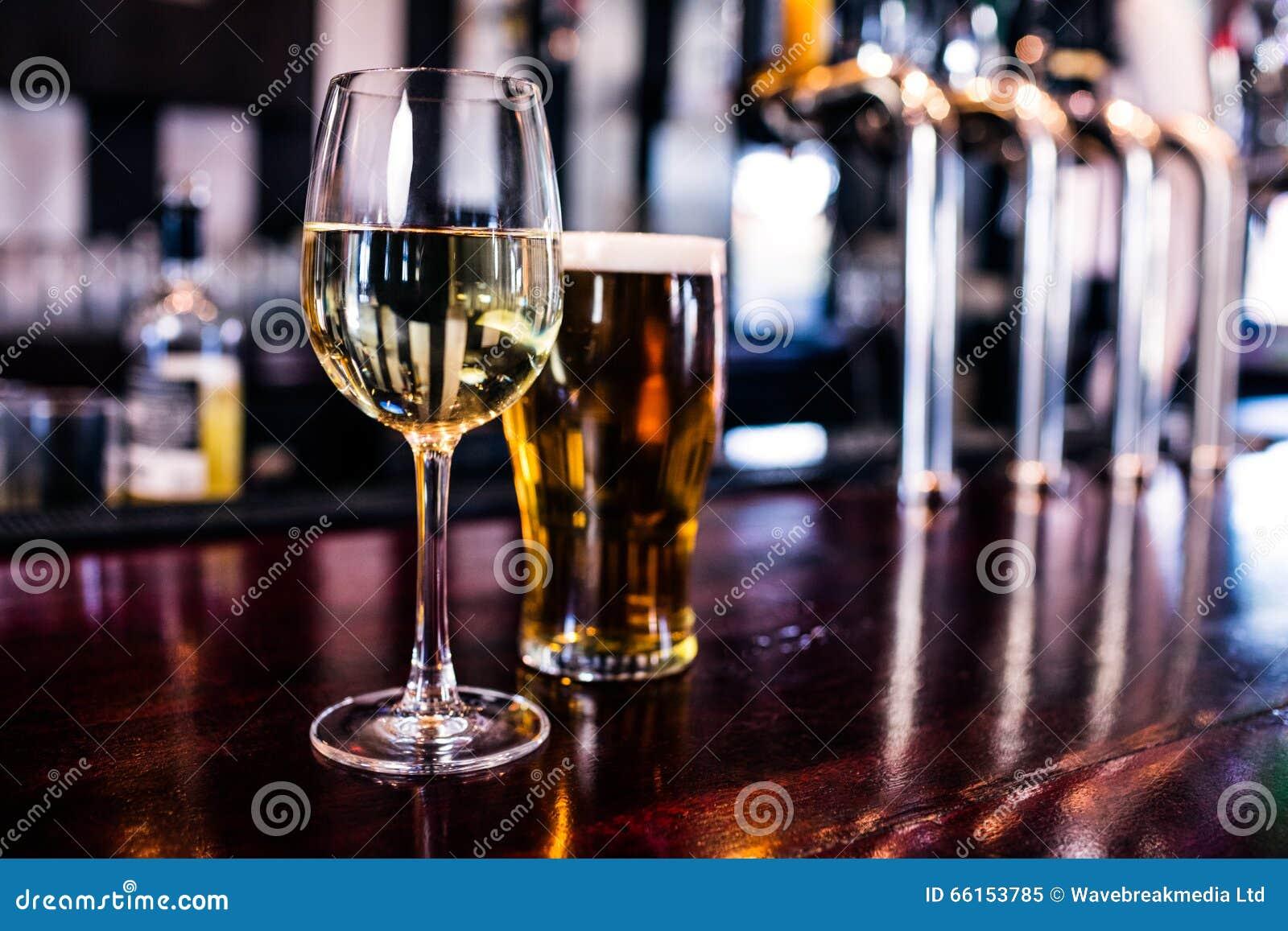 Ciérrese para arriba de un vidrio de vino y de una cerveza